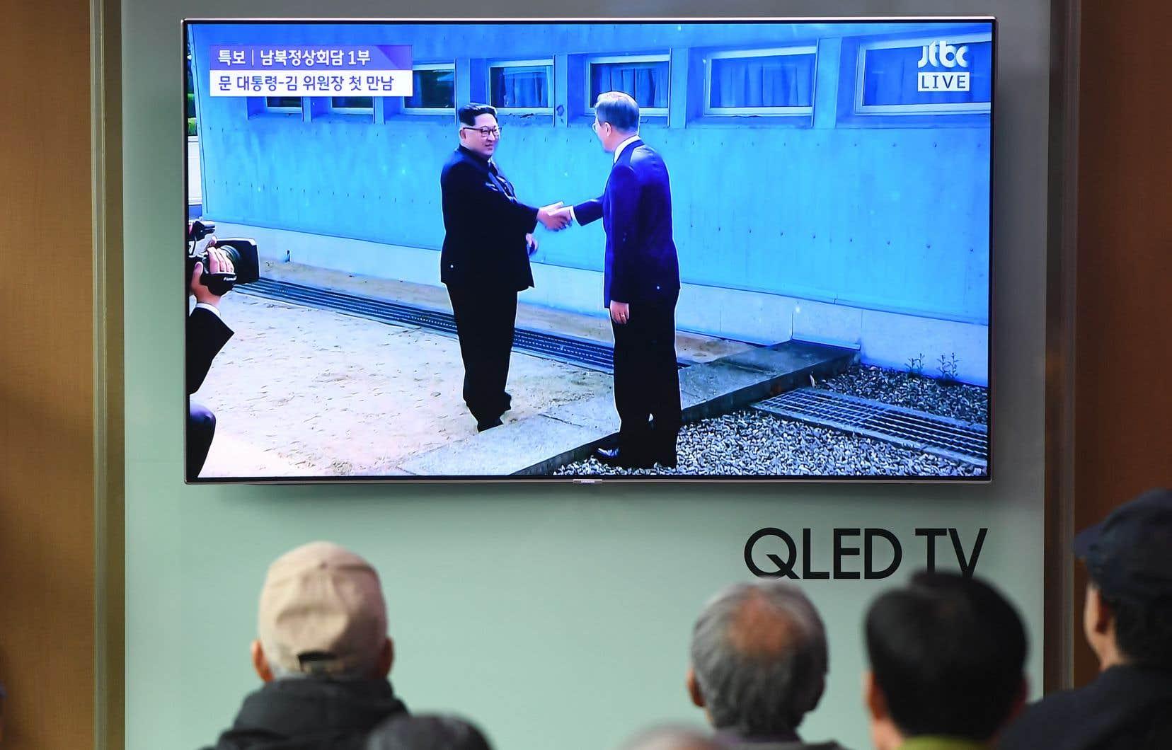 Le leader nord-coréen, Kim Jong-un, et le président de la Corée du Sud,Moon Jae-in, ont échangé une poignée de main lors de leur arrivée en zone démilitarisée, vendredi matin.
