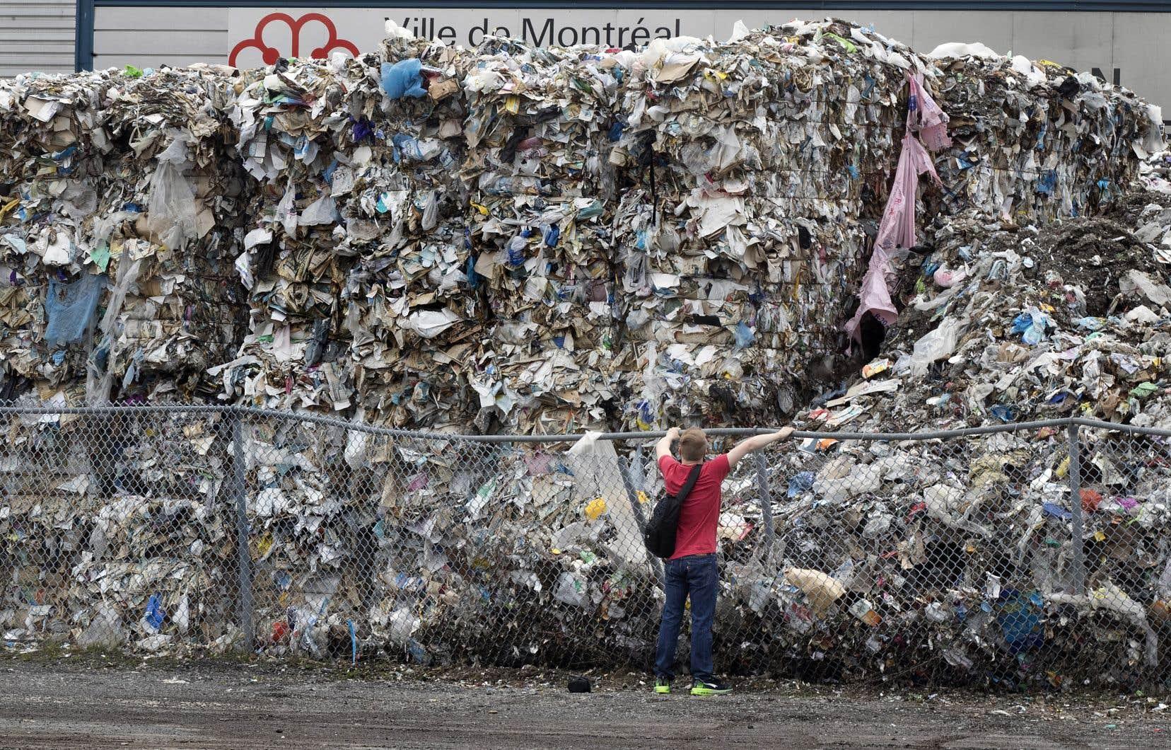 Le centre de tri de la Ville de Montréal est pris depuis plusieurs mois avec la quasi-totalité des 6000 tonnes de papier dont il ne parvient pas à se départir.