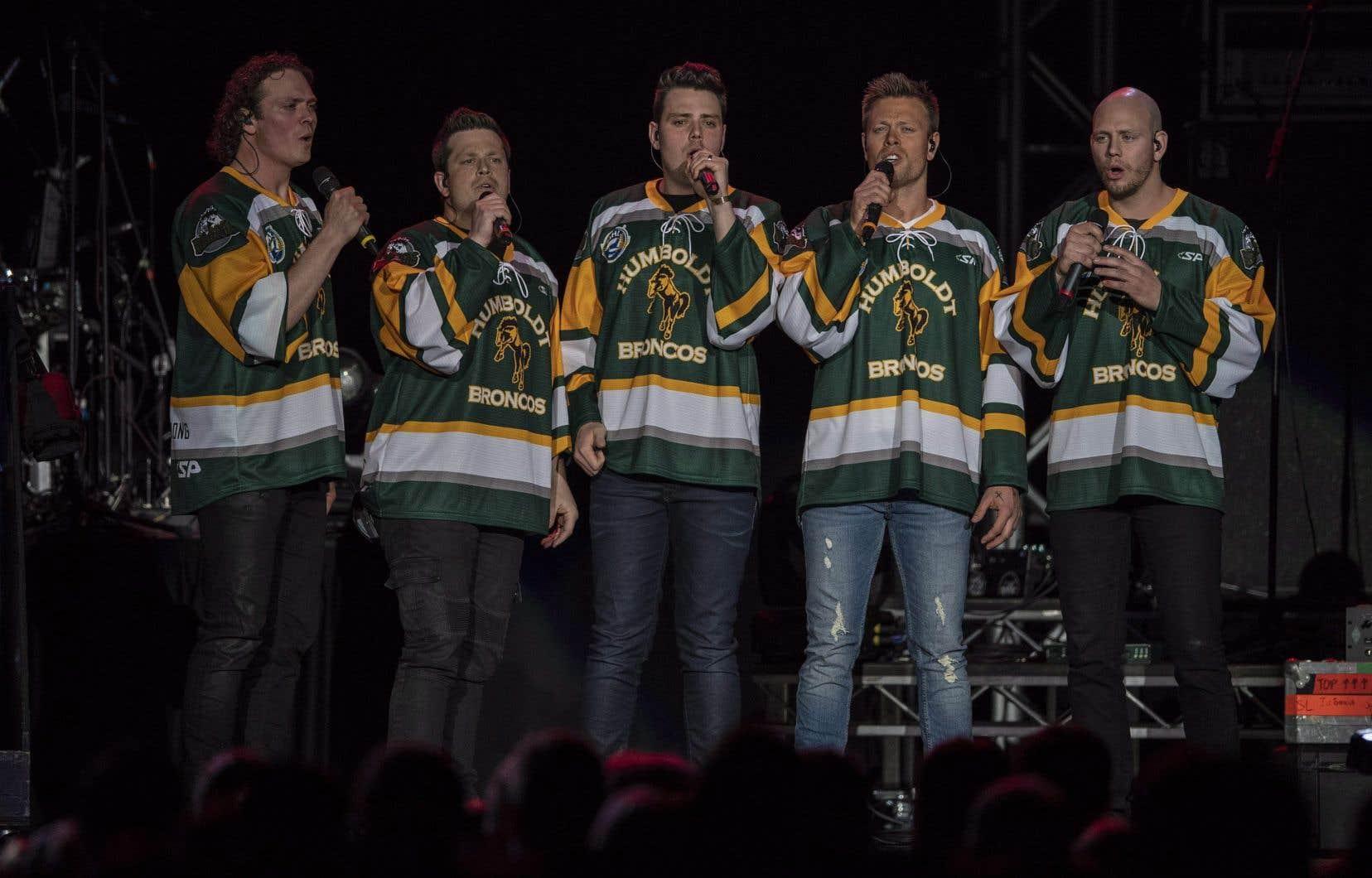 Les Hunter Brothers interprètent l'hymne national lors du concert hommage aux Broncos de Humboldt à Saskatoon, vendredi.