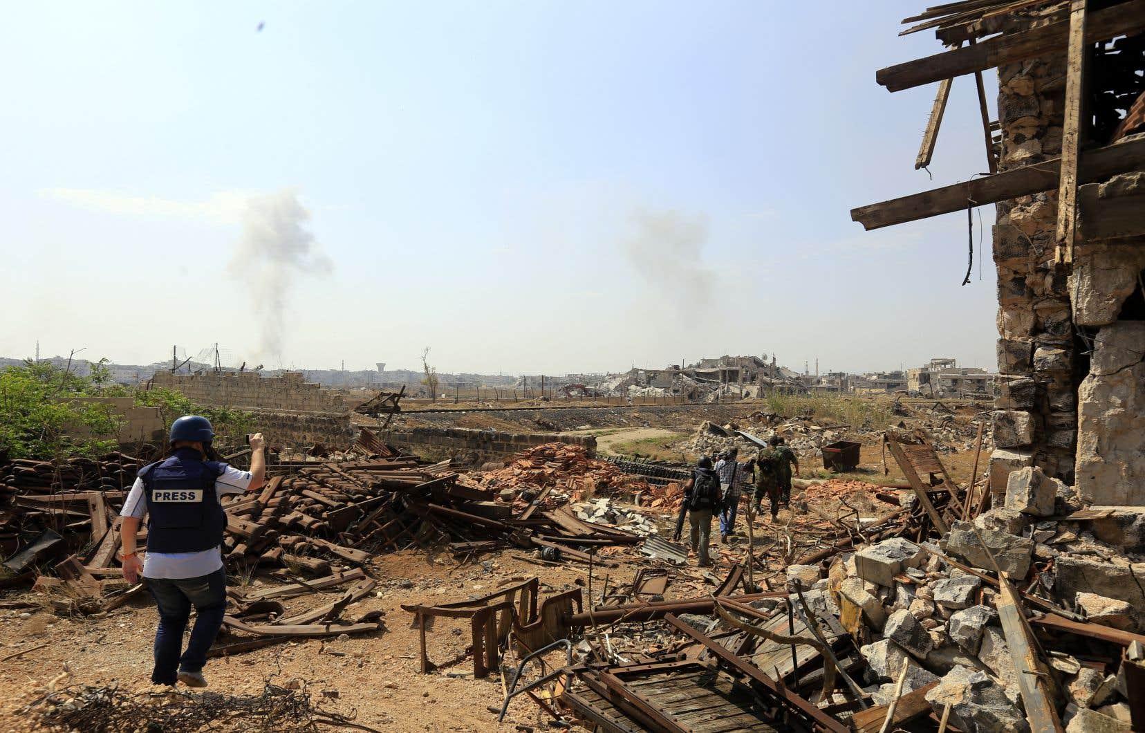 Des colonnes de fumée s'élevaient des abords de Yarmouk après des frappes aériennes, a rapporté un correspondant de l'AFP qui participait à une visite de journalistes organisée par les autorités.