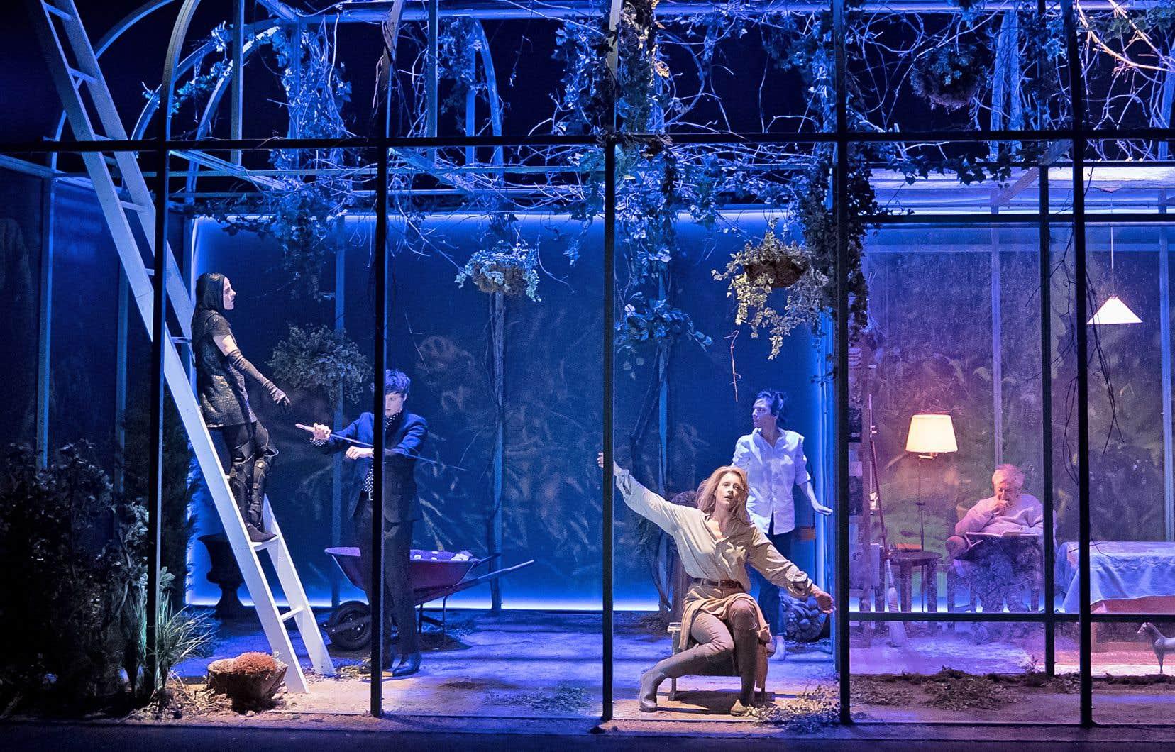 L'action de «La vie utile» se déroule dans une serre, au milieu d'une forêt, dans laquelle évoluent les personnages de la pièce.