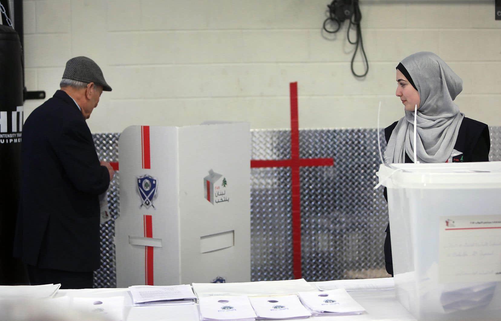 Des centaines de Libanais ont fait la queue à Laval, dimanche, pour voter. Certains étaient sur place avant même 7h du matin.