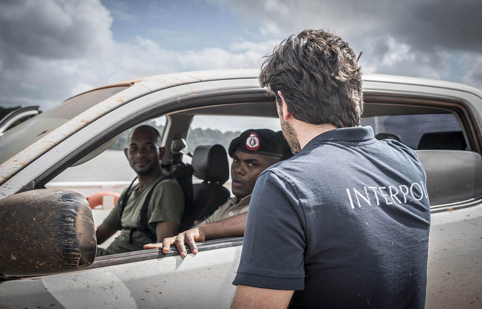 Un officier d'Interpol et des policiers près d'une mine d'or dans la région de Mazaruni, Guyana.