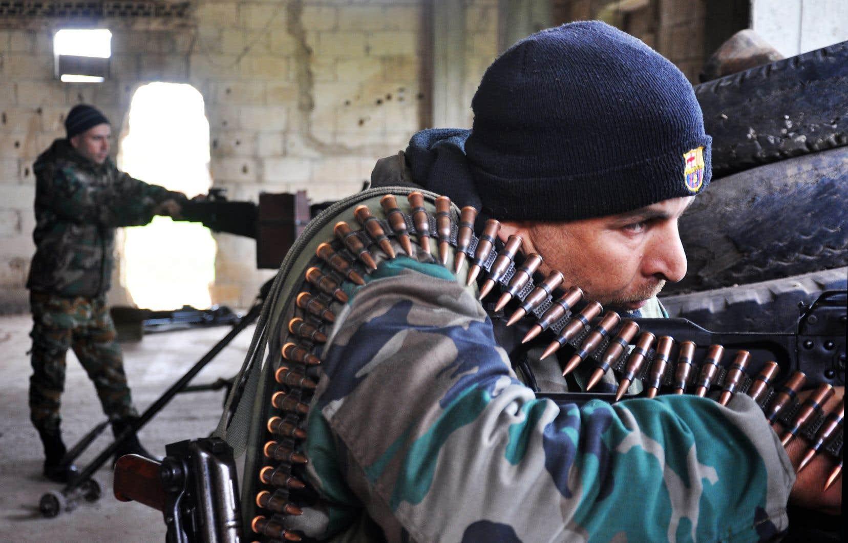 Des soldats des Forces gouvernementales syriennes dans la région de Holms