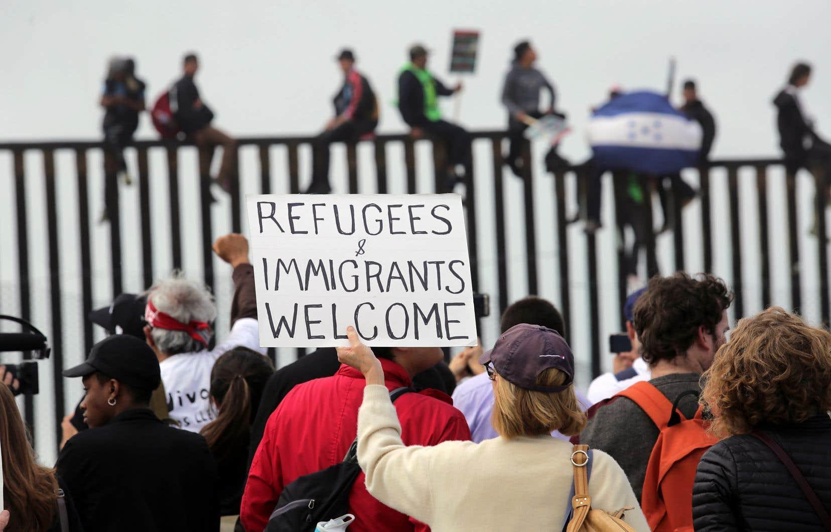Des manifestants ont démontré leur soutien aux migrants lors de leur arrivée dimanche à bord d'une «caravane» à Tijuana, à la frontière entre les États-Unis et le Mexique.