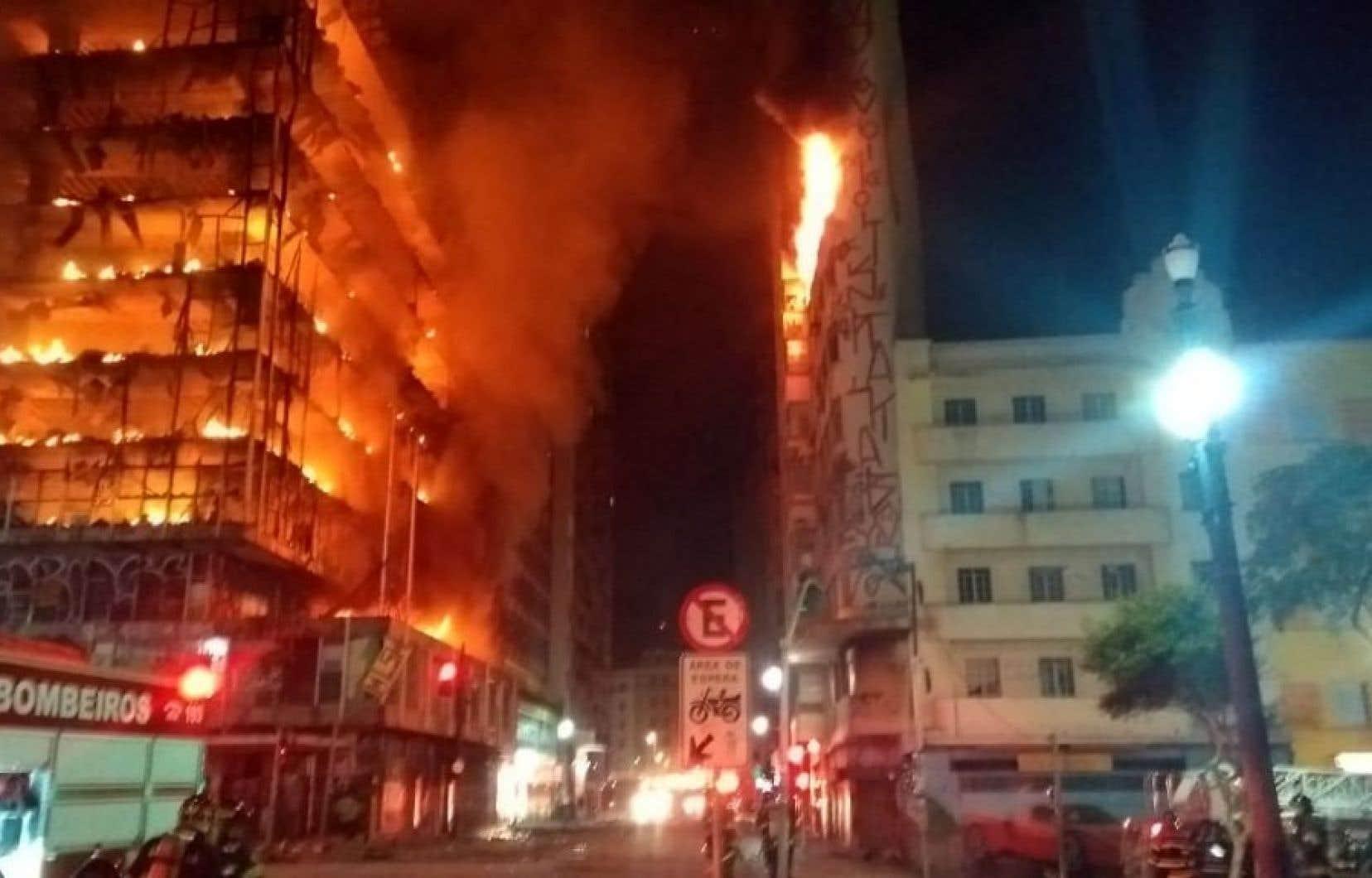 L'incendie a débuté au milieu de la nuit.