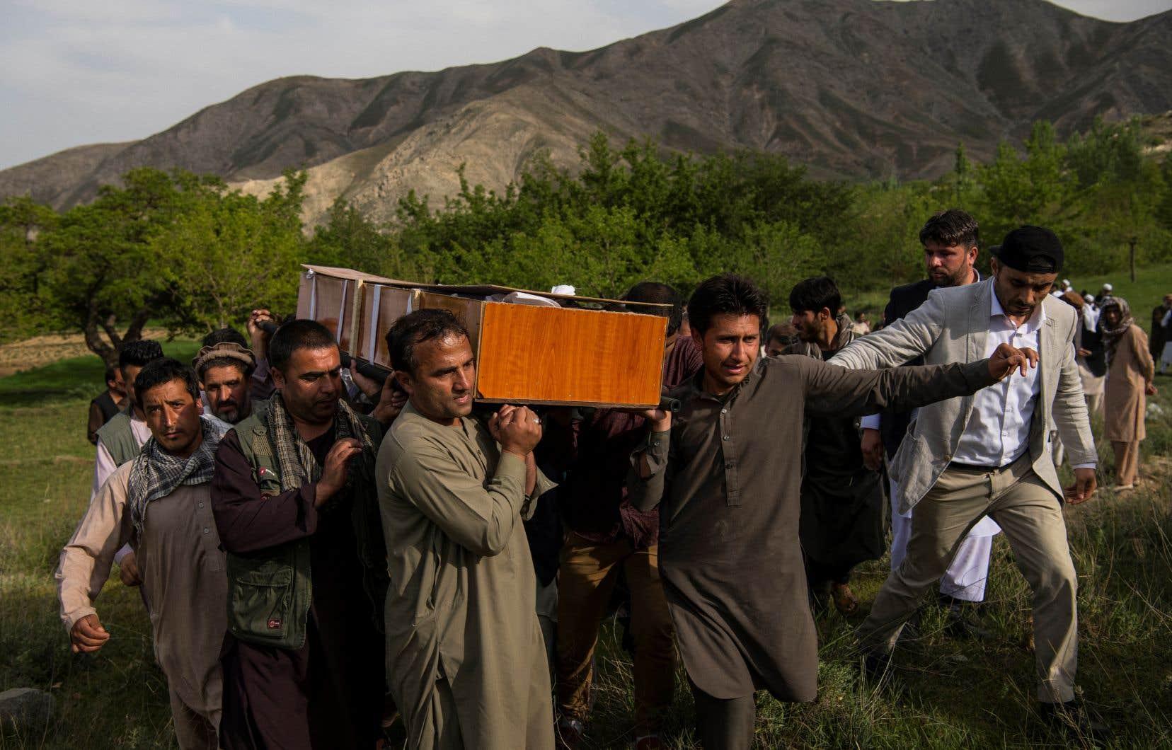 Des proches de Shah Marai transportent le cercueil du photojournaliste de l'AFP tué lundi.