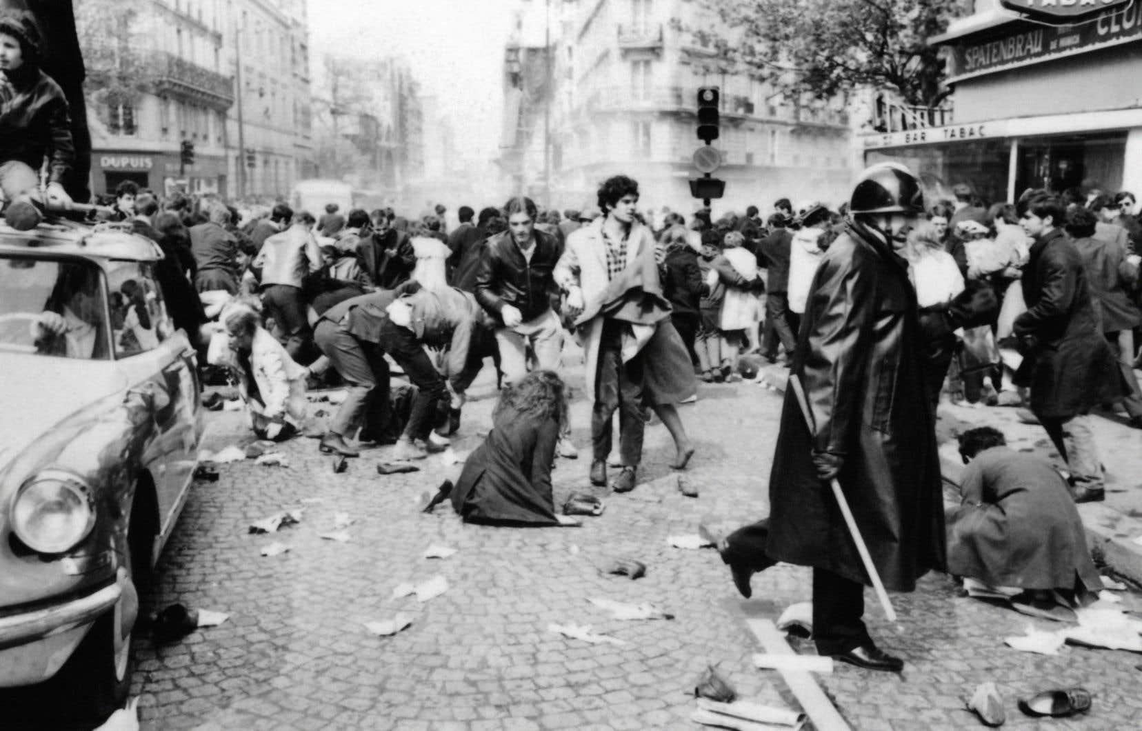 Des policiers manient la matraque rue Saint-Jacques, à Paris, lors des heurts entre les manifestants et les forces de l'ordre qui bouclaient le Quartier latin le 6 mai 1968, pendant les événements de mai-juin 1968.