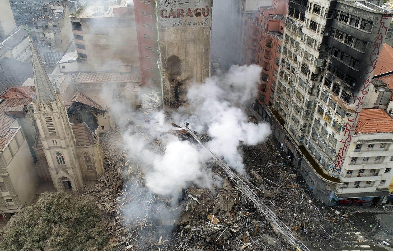 <p>Le bâtiment, un ancien siège de la police désaffecté, était occupé par 146 familles de squatters.</p>
