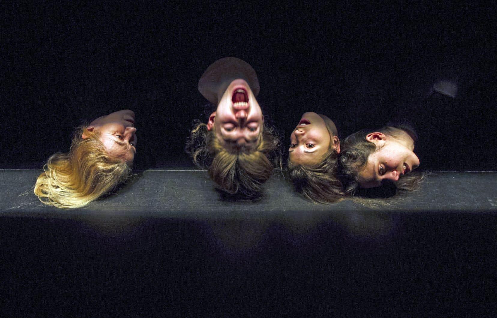 «Lamelles» tient à la fois de la performance, de la danse et du théâtre corporel, évoquant par moments les interactions orchestrées entre le muscle et la lumière par Daniel Léveillé.