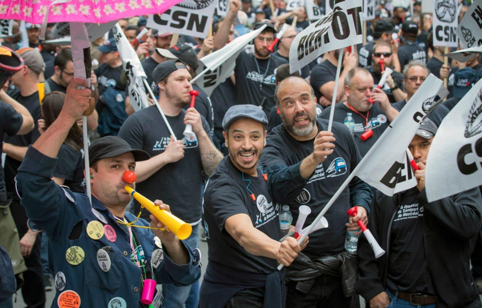 Les employés d'entretien de la STM accentuent les moyens de pression. Munis de trompettes et de sifflets, les syndiqués ont pris la rue mercredi après-midi au centre-ville lors d'une bruyante manifestation devant le siège social de la STM.