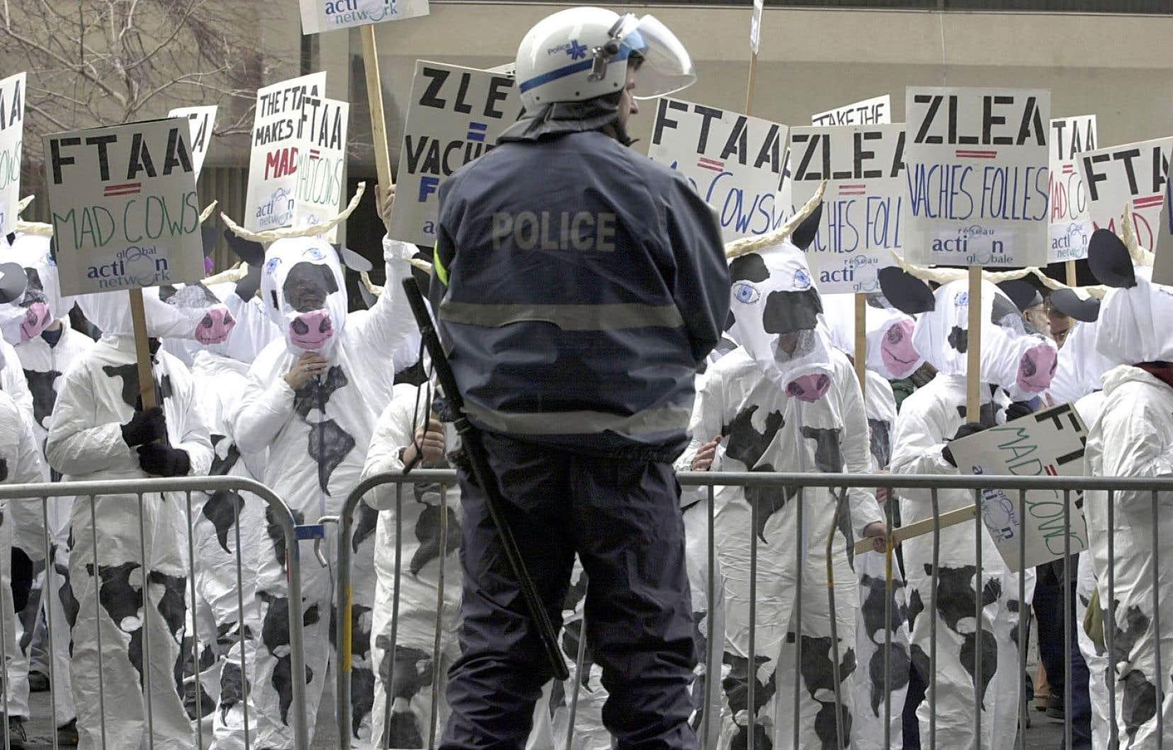 Au cours des années 1990-2000, le mouvement antimondialisation ou altermondialiste avait provoqué un débat public, autour de l'AMI et de la ZLEA par exemple.