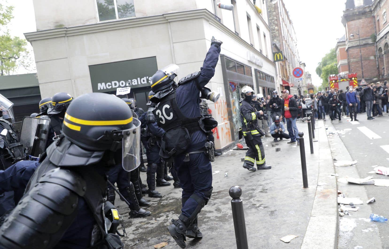 À gauche comme à droite, de nombreuses voix ont regretté que la police ait tardé à intervenir face aux casseurs.