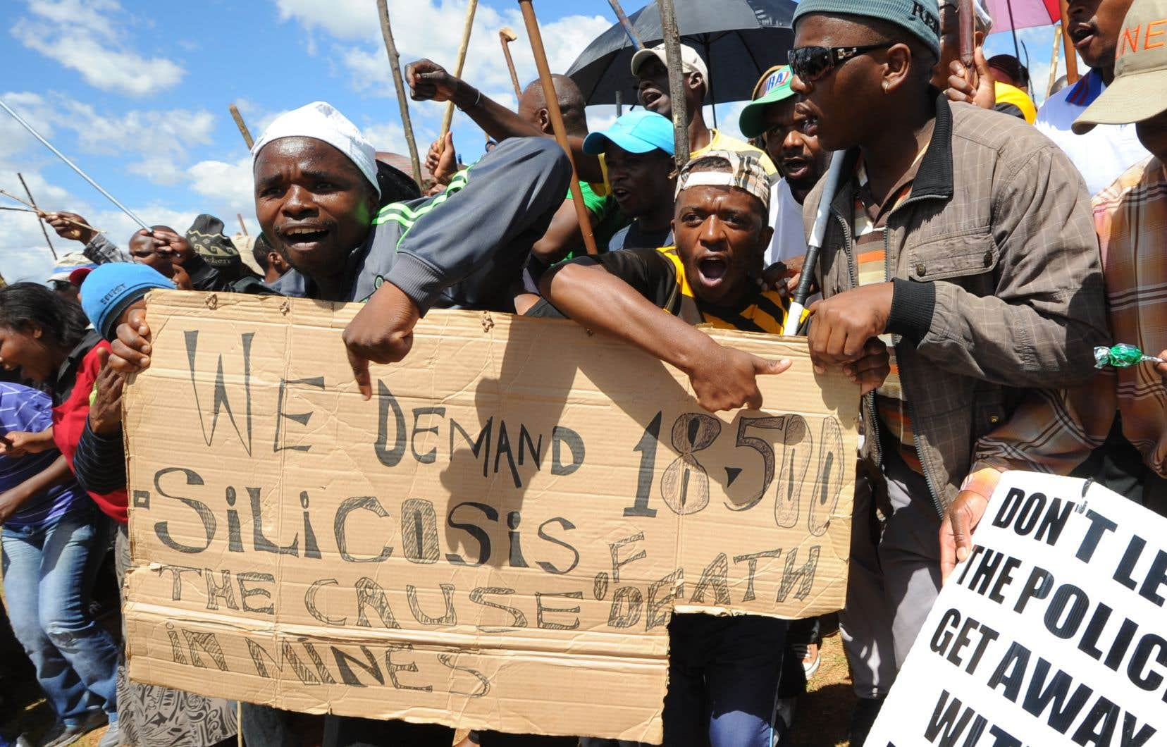 Manifestation de mineurs devant les locaux d'AngloGold Ashanti à Carletonville, en 2012