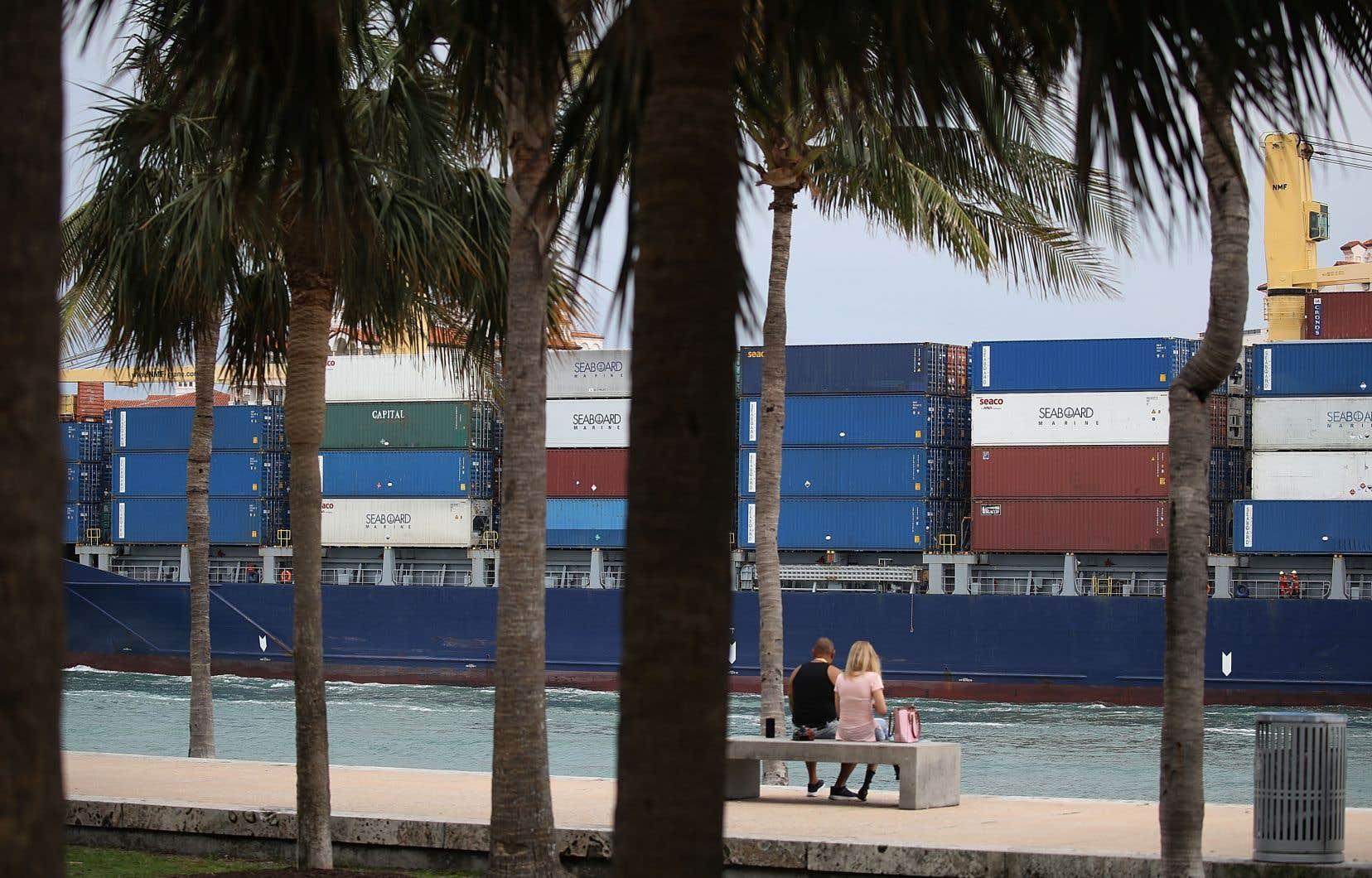 Le déficit commercial des États-Unis a diminué en mars, pour la première fois en sept mois, sous l'effet d'exportations records, notamment vers la Chine. Sur la photo, un porte-conteneurs quitte le port de Miami, le 27 avril dernier.