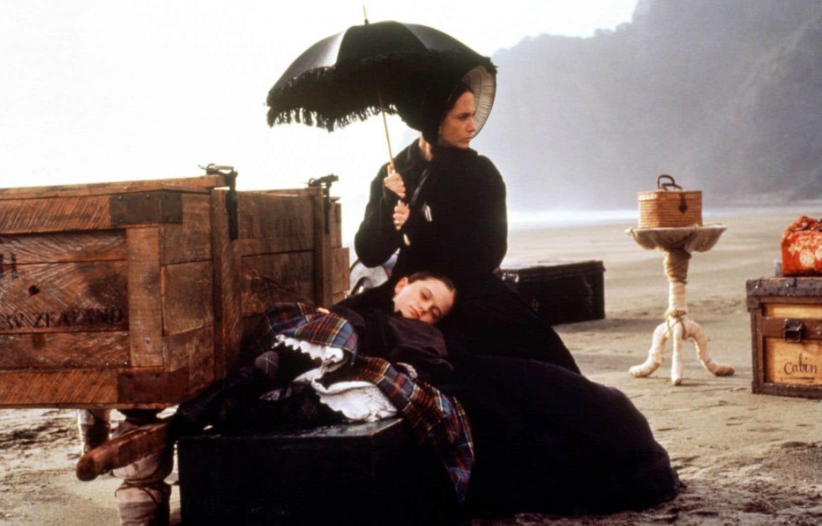 Ada, accompagnée de sa fille Flora, arrive sur l'île d'Alisdair par temps gris, sur une mer démontée.