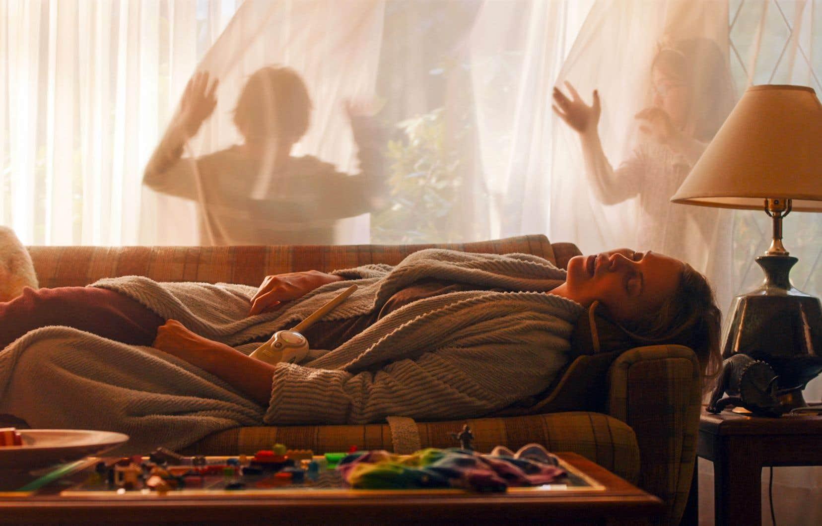 Marlo (Charlize Theron), au début de la quarantaine, arrive au bout de sa troisième grossesse et du proverbial rouleau.