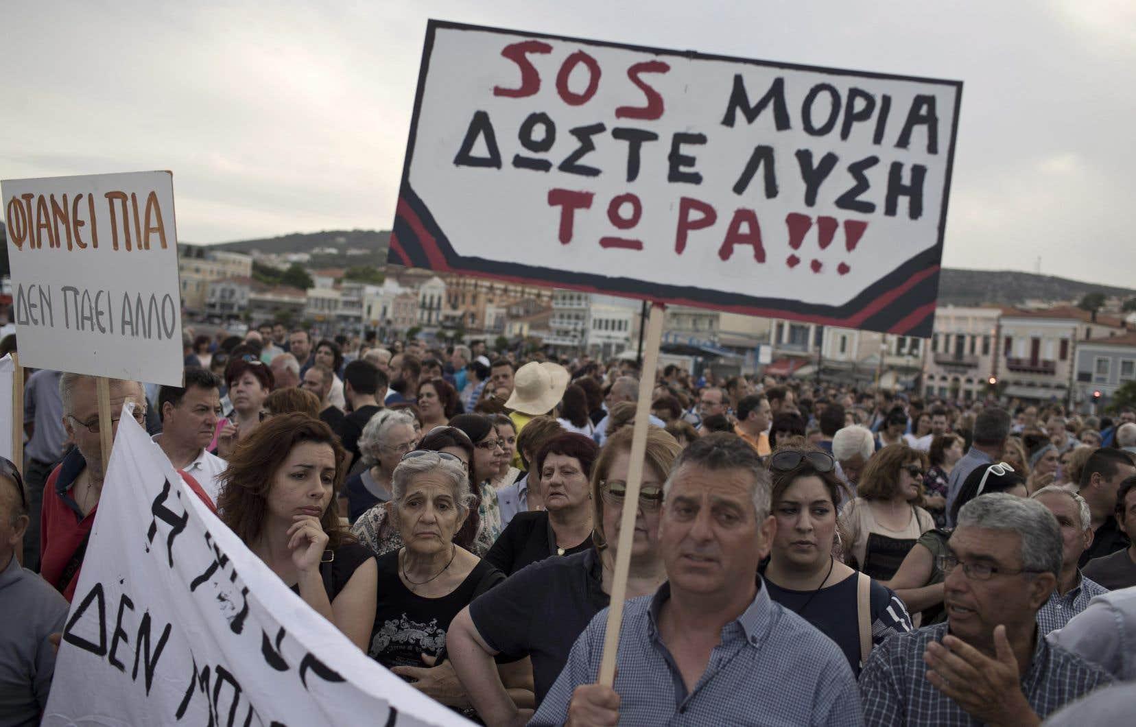 De nombreux résidents ont manifesté au moment de son discours, la plupart d'entre eux venant du village de Moria, où est situé le camp le plus surpeuplé de l'île.