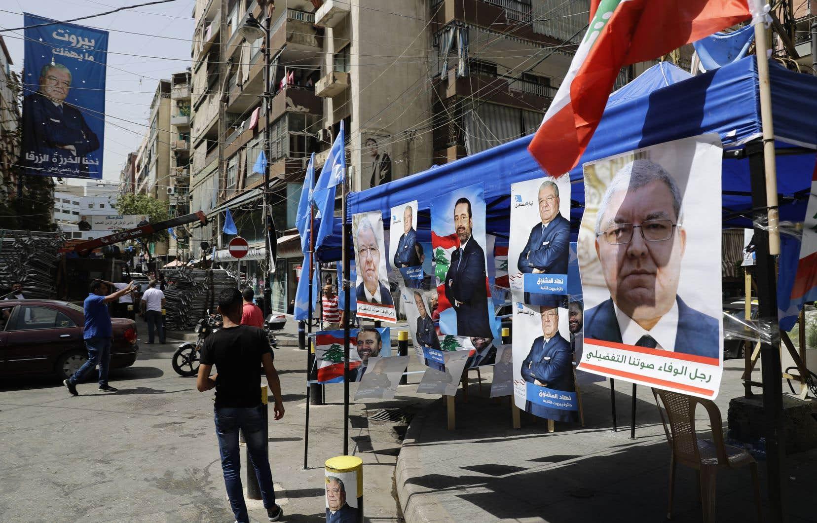 Une pancarte électorale à l'effigie du premier ministre, Saad Hariri (au centre), côtoie celles de l'actuel ministre de l'Intérieur, Nohad Machnouk, dans un quartier résidentiel de Beyrouth.