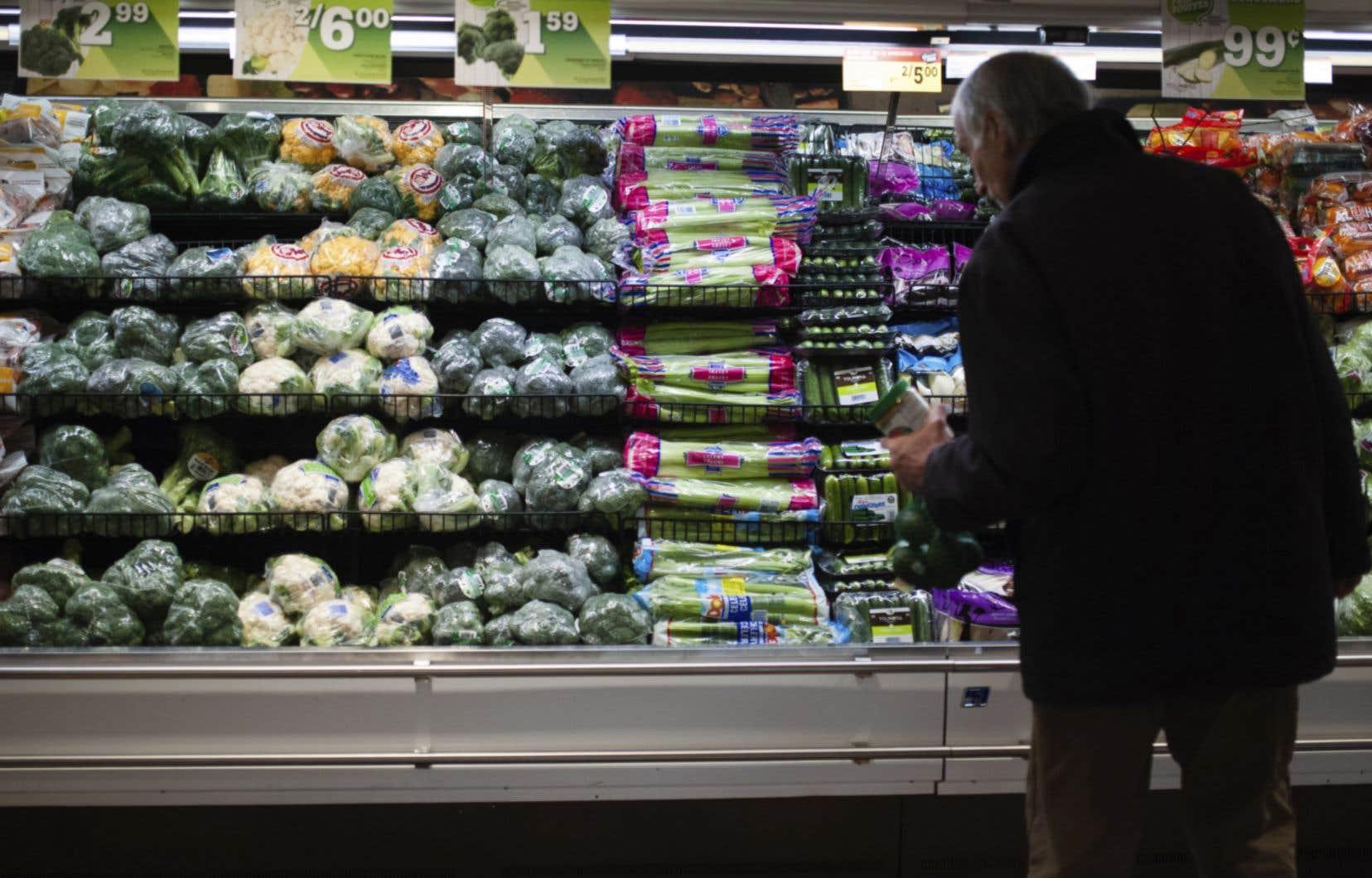 L'emballage plastique réduit notamment le gaspillage alimentaire, car les fruits et les légumes abimés par les clients demeurent dans les rayons, arguent les détaillants en alimentation.