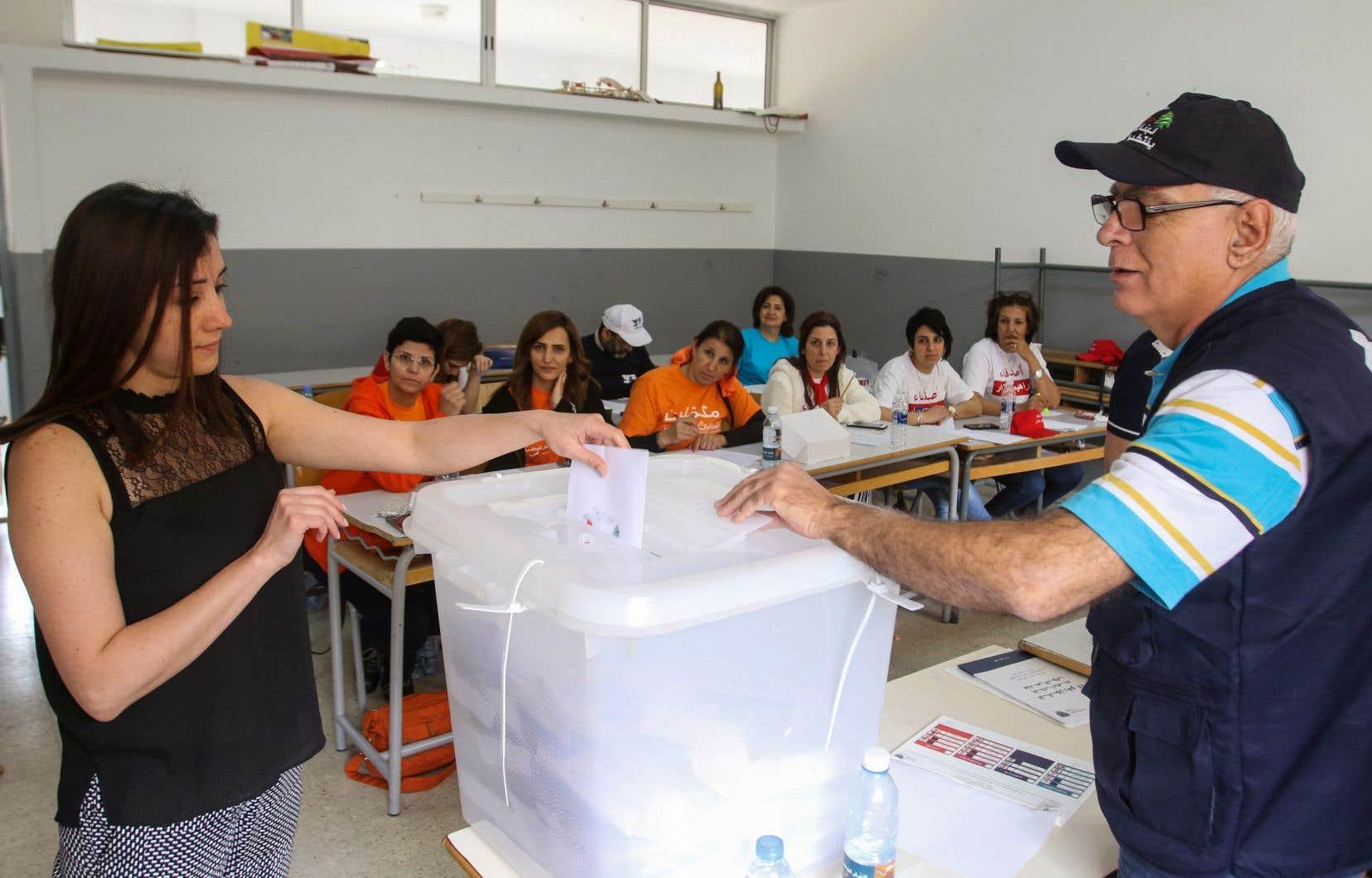 Plus d'un cinquième des 3,7millions d'électeurs votent pour la première fois, dans un pays habitué aux crises politiques à répétition.