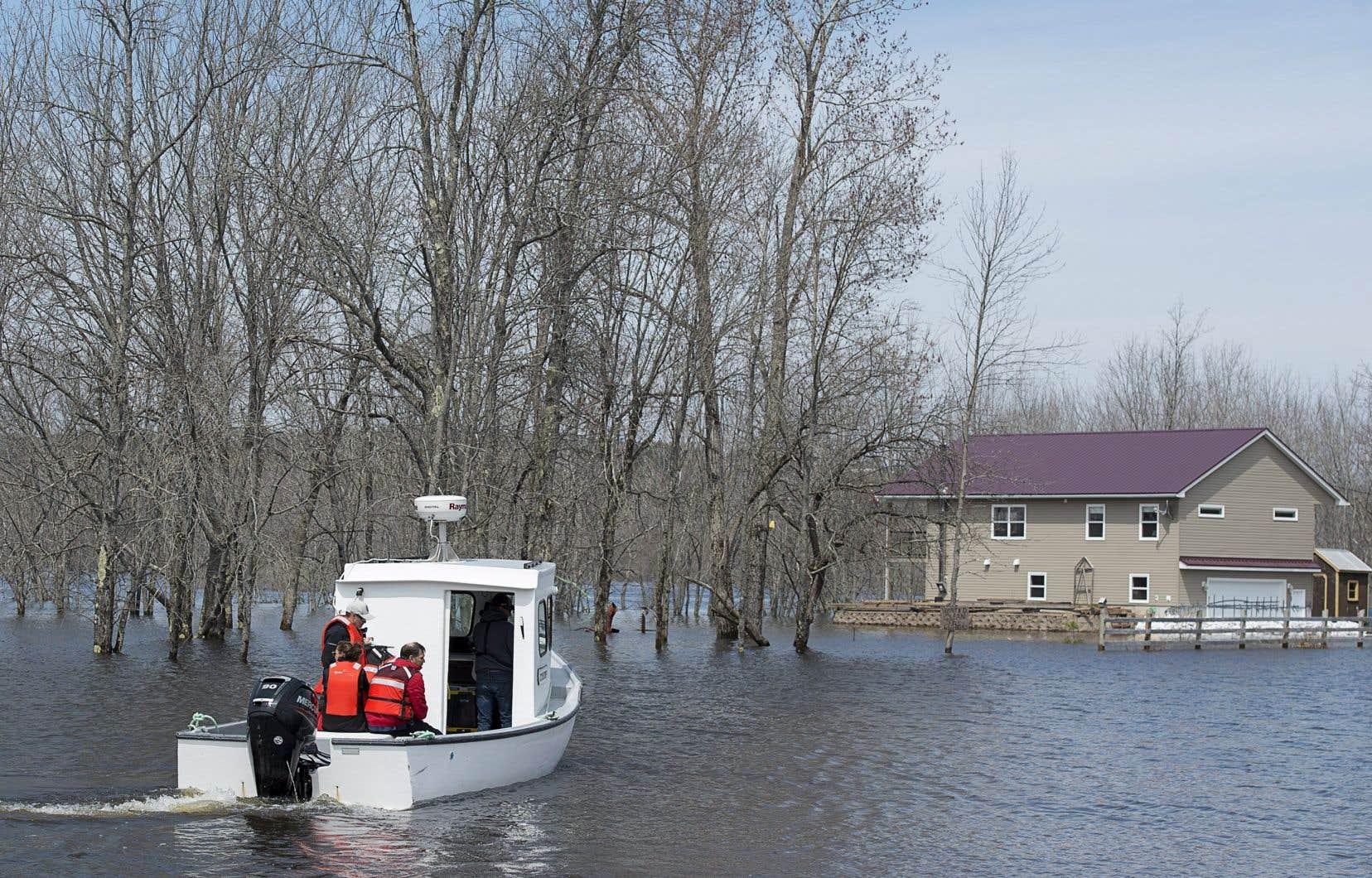 Jusqu'à présent, 975 personnes ont évacué leur résidence à travers la province et se sont inscrites auprès de la Croix-Rouge.