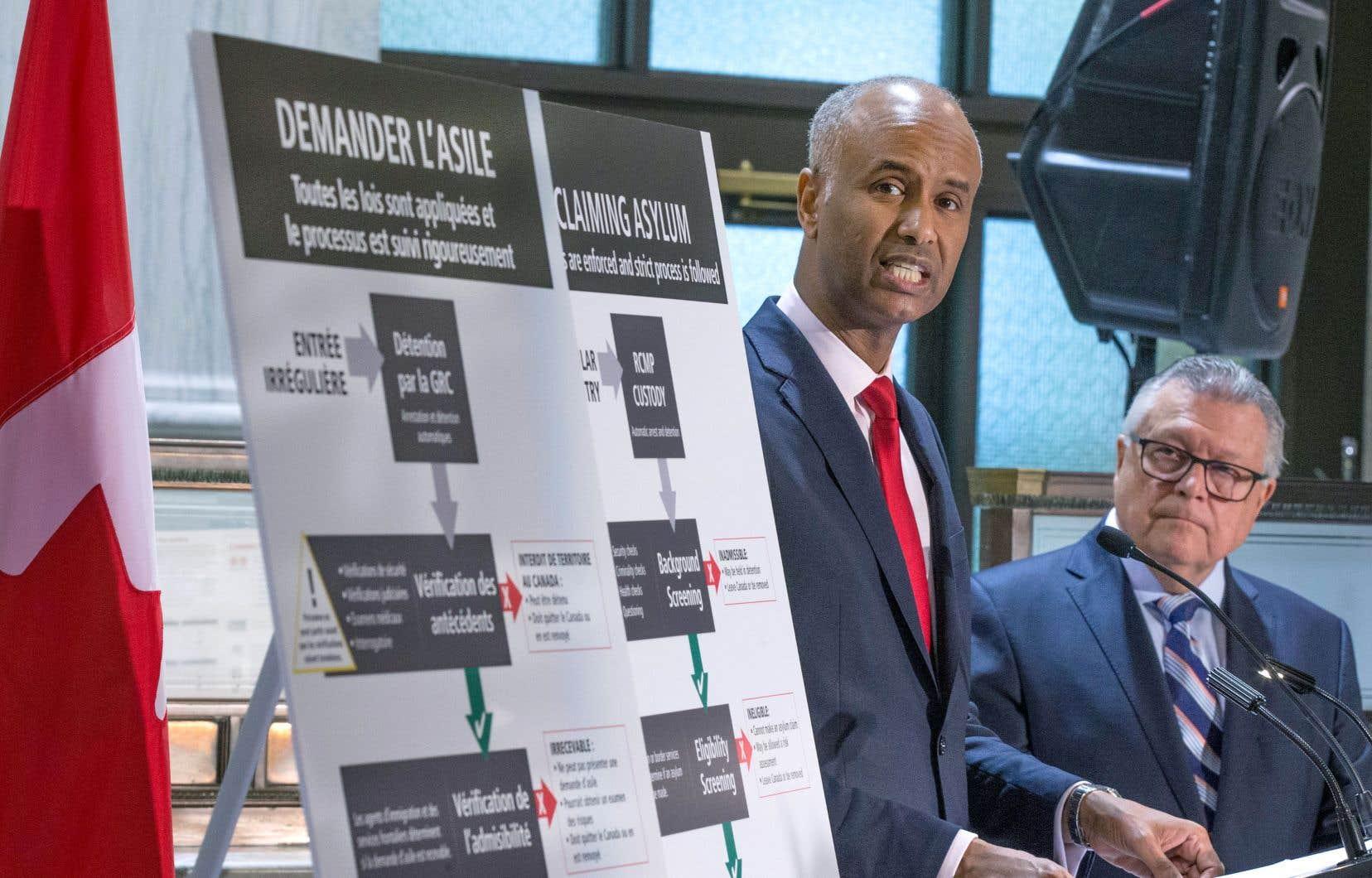 Le ministre de l'Immigration, Ahmed Hussen, et son collègue de la Sécurité publique, Ralph Goodale, lors d'une conférence de presse à Montréal lundi, au cours de laquelle ils ont notamment annoncé l'envoi d'une mission au Nigeria
