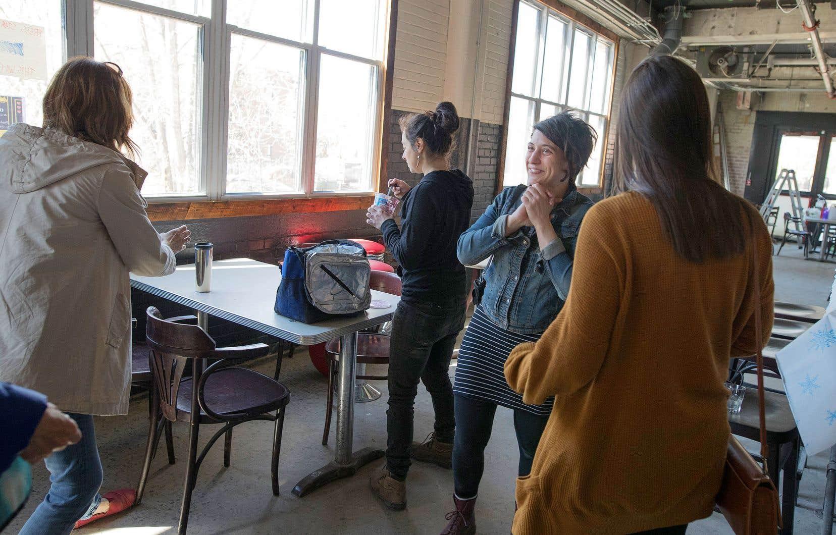 Judith Cayer, deuxième à droite sur la photo, faisait visiter le Bâtiment 7 durant la grande ouverture du projet, lundi.