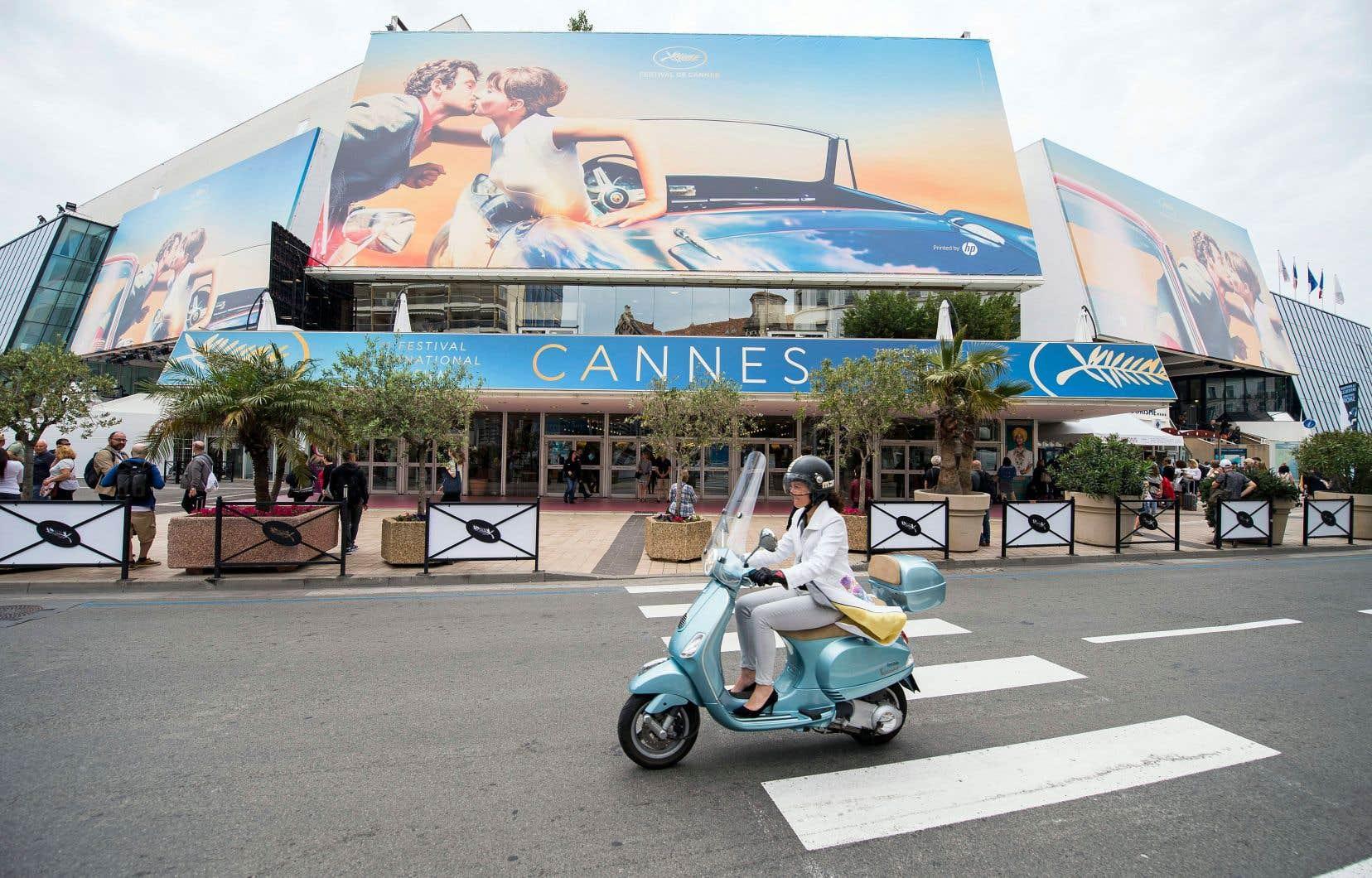 À 24heures d'une 71eédition du Festival de Cannes sans Weinstein, Netflix ni égoportrait, Jean-Paul Belmondo et Anna Karina s'embrassent déjà au fronton du Palais, et les stars, la présidente du jury Cate Blanchett en tête, arrivent sur la Croisette.