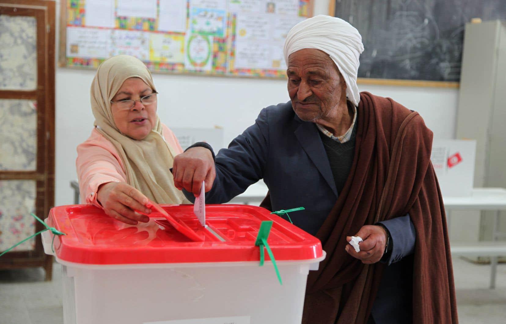 Un électeur tunisien sur trois s'est rendu aux urnes dimanche pour les premières élections municipales de l'après-révolution.