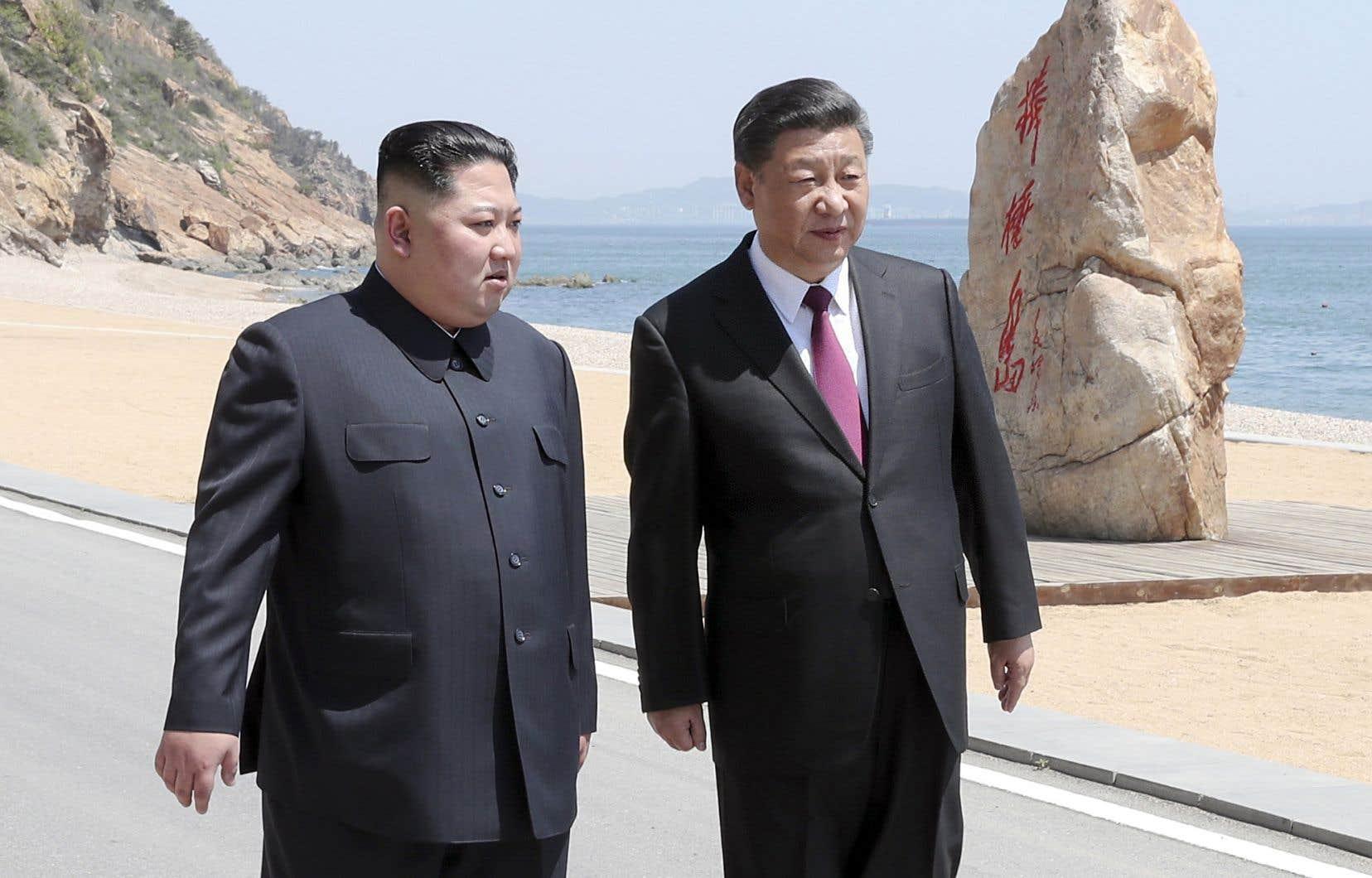 Le président chinois, Xi Jinping (à droite), aux côtés du dirigeant nord-coréen, Kim Jong-un