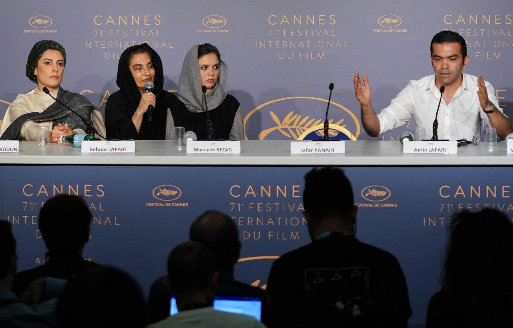 La chaise laissée vacante par Jafar Panahi a retenu l'attention lors de la conférence de presse menée par l'équipe de son film Trois visages. - Laurent Emmanuel / AFP