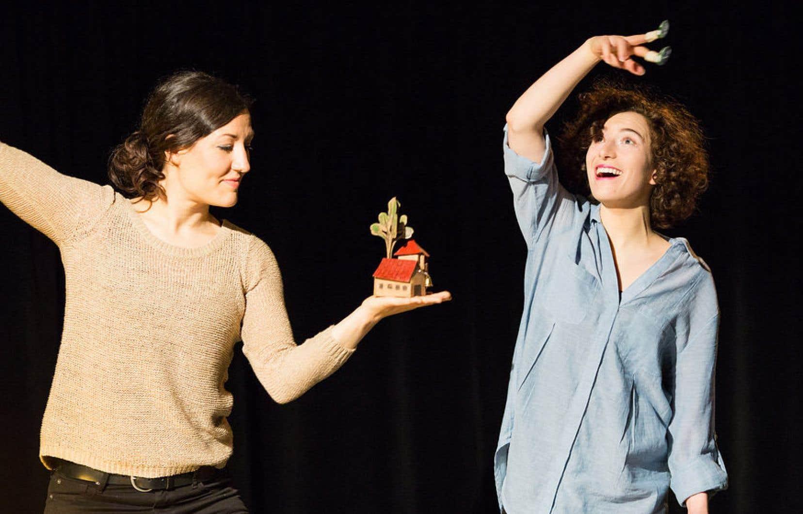 Dans la pièce «Récit d'une chaussure», les comédiennes Sara Marchand et Marie-Ève Lefebvre dévoilent le passé de certaines personnes à travers leurs chaussures.