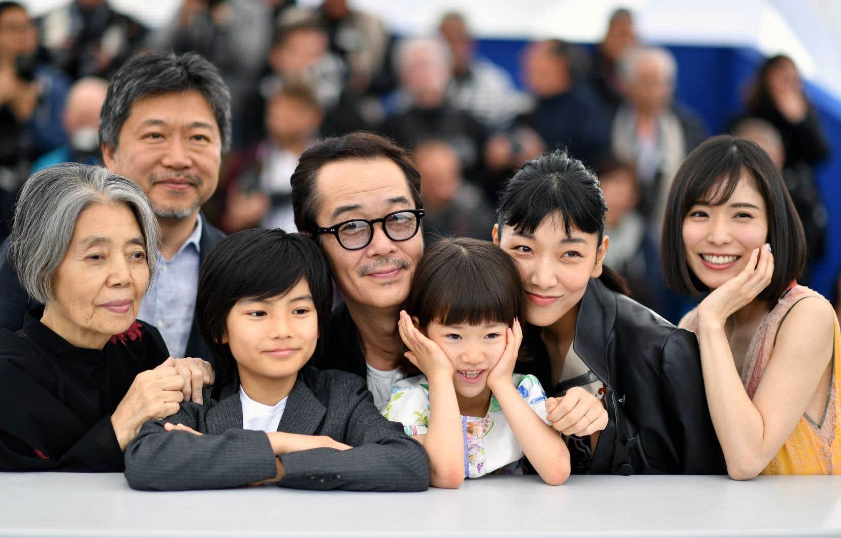 À partir de la gauche, l'actrice Kirin Kiki et le réalisateur Hirokazu Kore-Eda aux côtés des comédiennes Jyo Kairi, Lily Franky, Miyu Sasaki, Sakura Ando et Mayu Matsuako, lundi, à Cannes