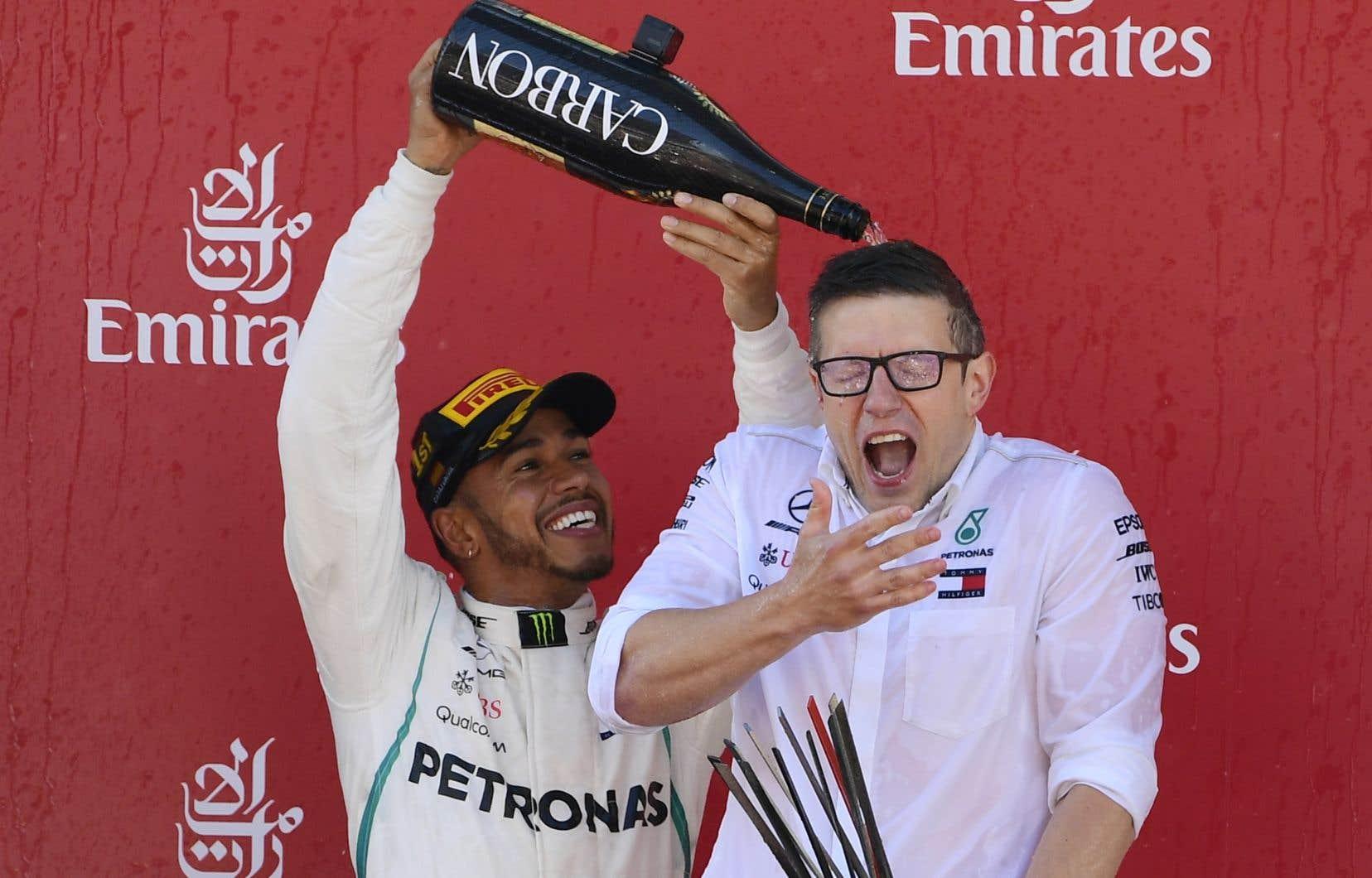 Lewis Hamilton et l'un de ses ingénieurs célèbrent la victoire de Mercedes au Grand Prix d'Espagne.