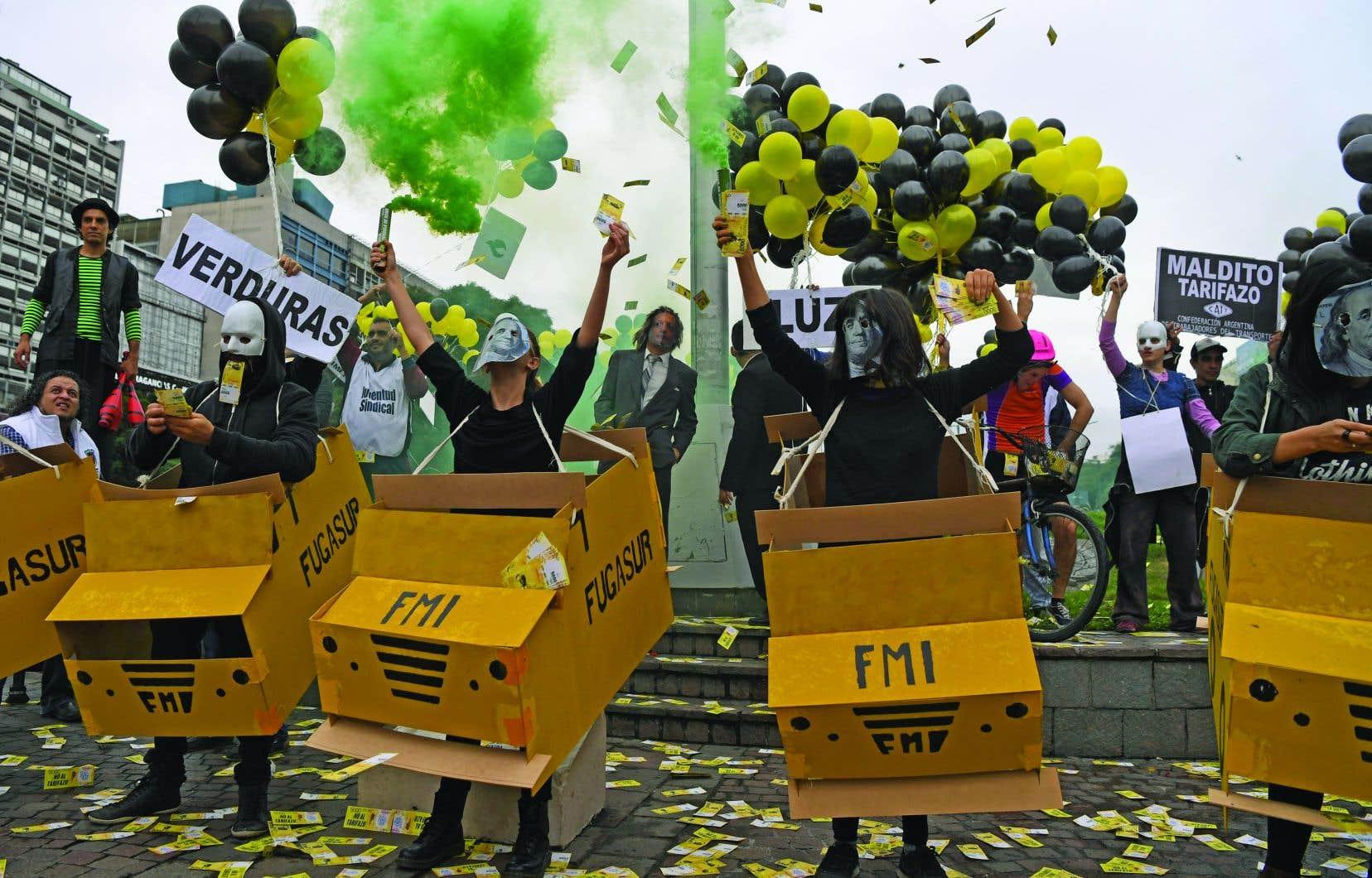 Des manifestants à Buenos Aires, lundi