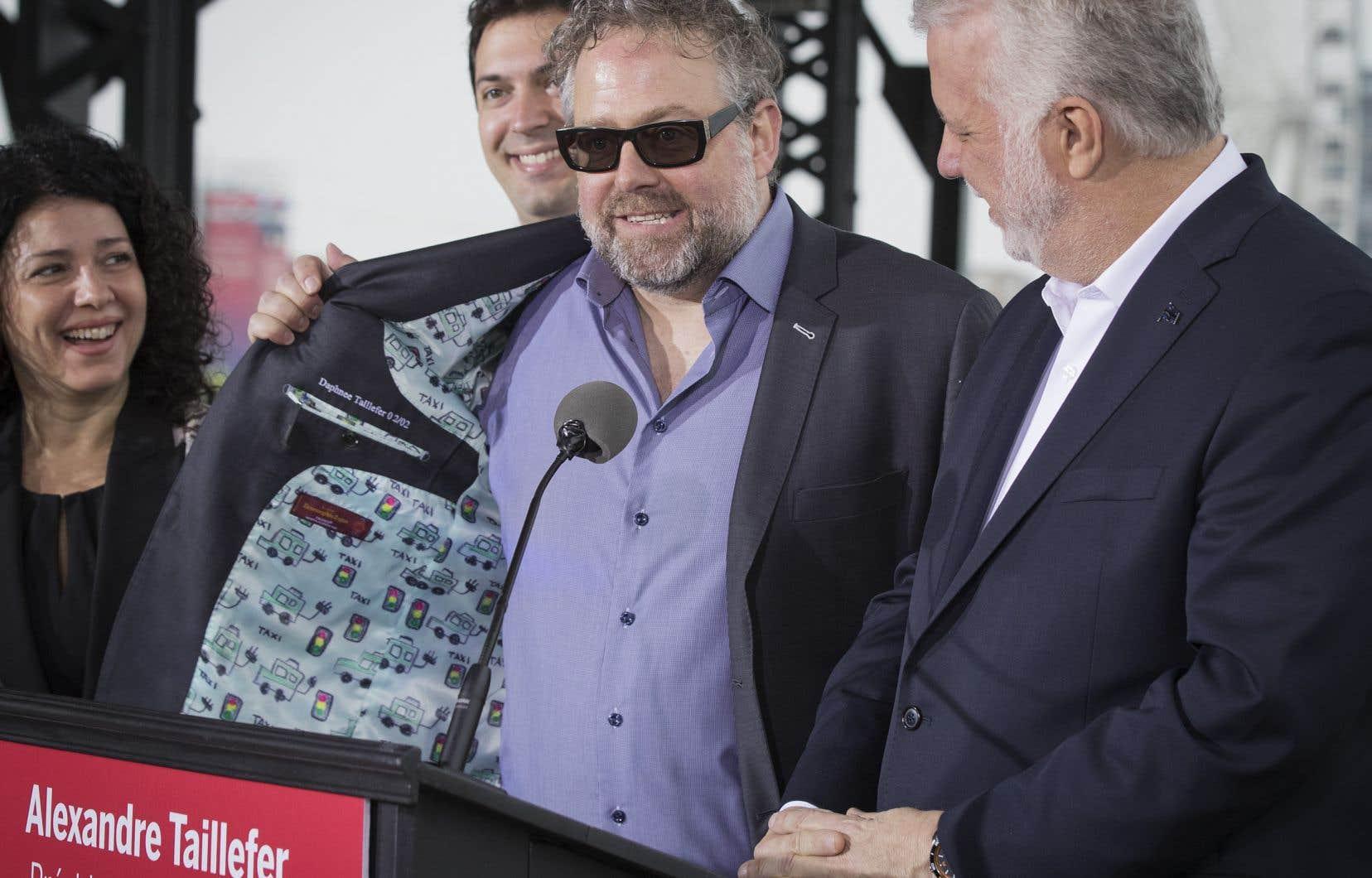 Alexandre Taillefer a rencontré la presse mardi matin sur un quai du Vieux-Port de Montréal aux côtés du premier ministre et chef libéral Philippe Couillard.