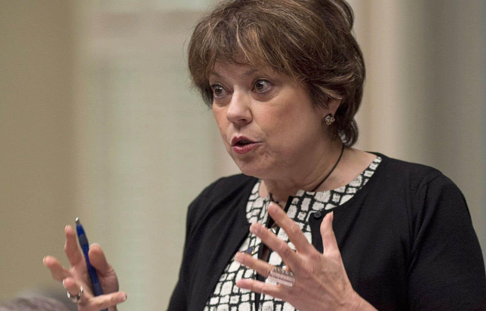 La ministre Hélène David a refusé d'écarter le spectre d'une loi spéciale.
