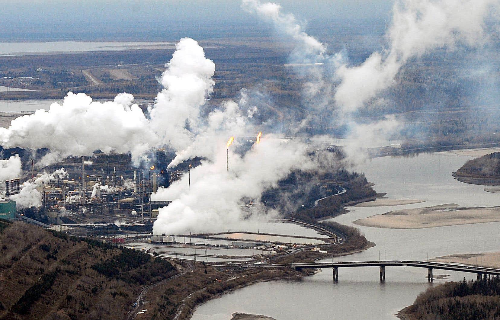 La croissance de l'industrie des sables bitumineux n'est d'aucune façon compatible ou conciliable avec une politique climatique crédible, estime l'auteur.