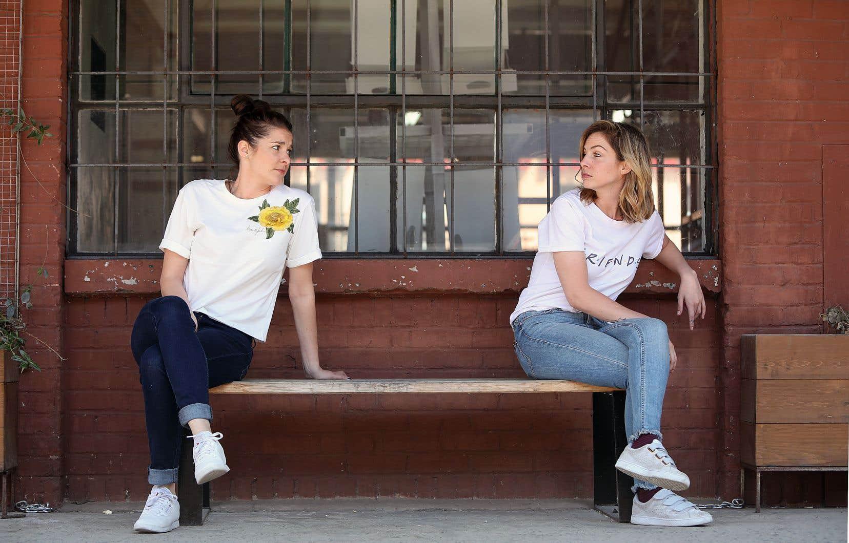 Dans leur premier spectacle «Su'l gros vin», le duo formé par Ève Côté et Marie-Lyne Joncas met en scène deux jeunes trentenaires qui dissèquent leurs catastrophiques rendez-vous amoureux et jasent de sexe.