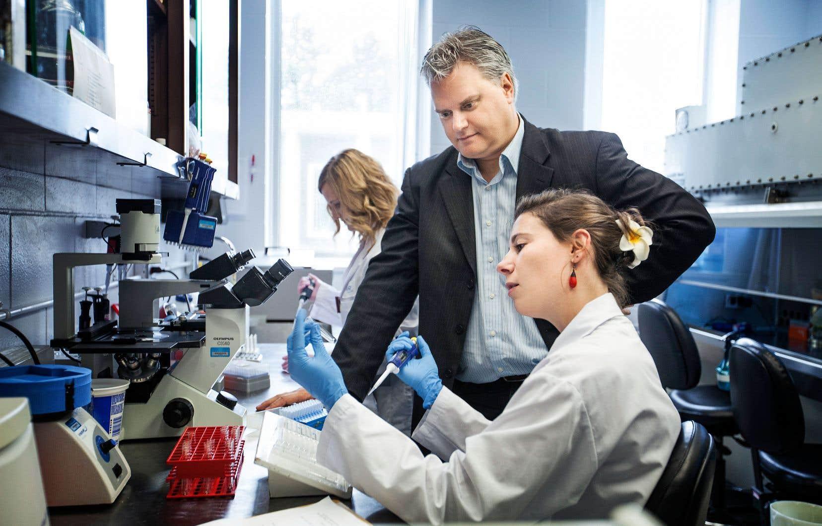 Le professeur Alain Lamarre et son équipe de recherche développent des stratégies en immunothérapie.