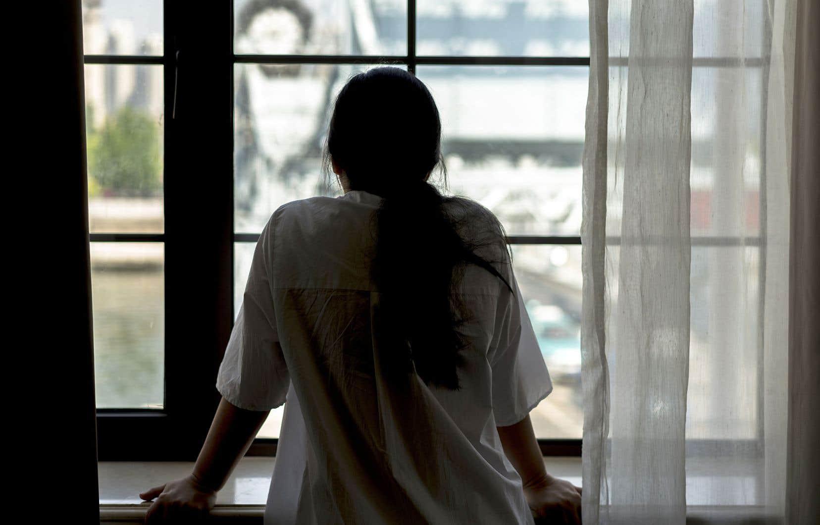 Pour pouvoir résilier un bail, une locataire doit indiquer à son locateur par qui elle a été violentée ou agressée, de même que préciser le type de violence vécu.