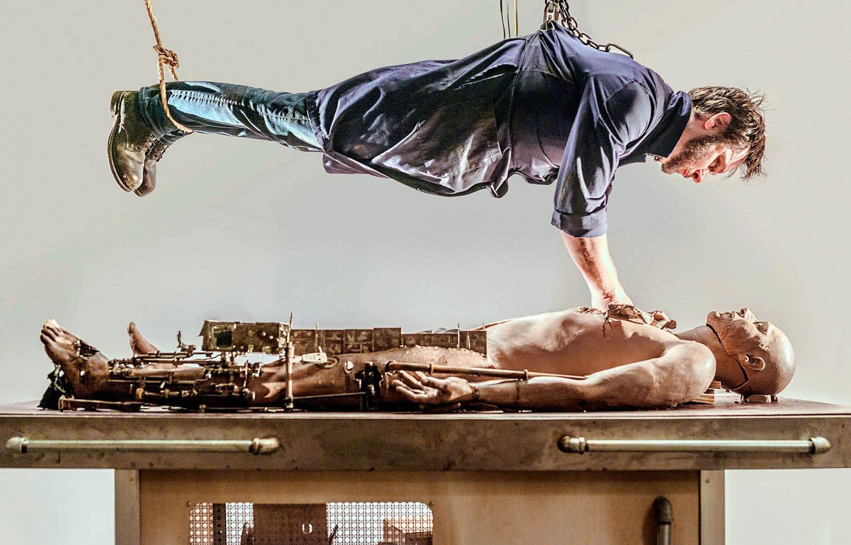 Le court métrage «Le sujet», oeuvre métaphorique, présente un corps disséqué par un clinicien extirpant des éléments de sa vie jusqu'à trouver le poids qui lui pèse.