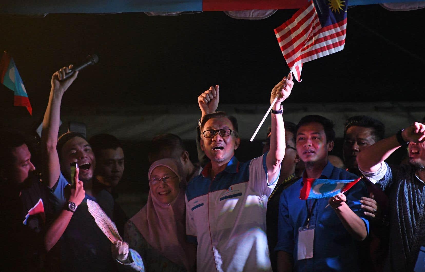 Anwar Ibrahim (au centre) a passé trois ans en prison pour sodomie, un crime dans ce pays d'Asie du Sud-Est à majorité musulmane.