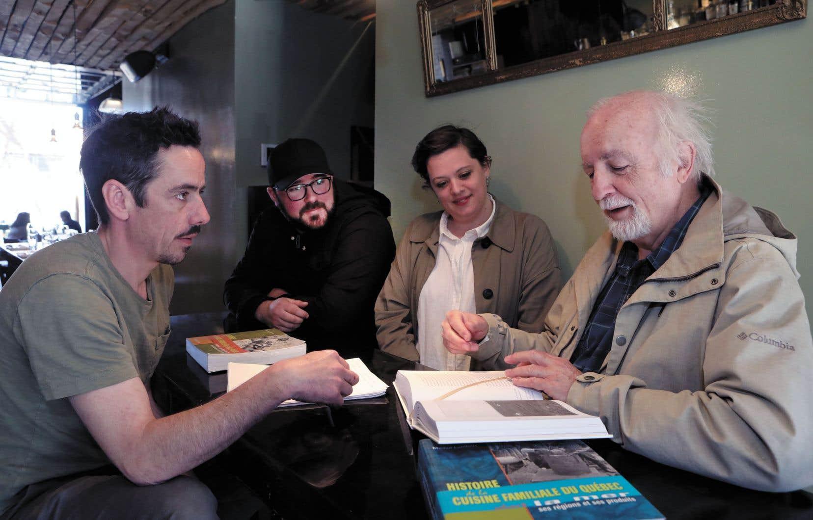 Comme chaque mardi matin depuis trois mois, l'équipe du restaurant Manitoba se réunit pour une leçon d'histoire avec Michel Lambert.