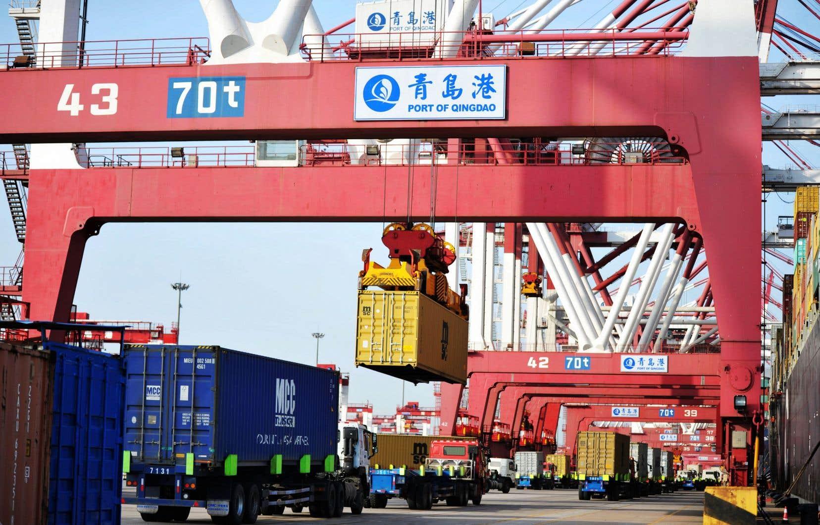 Visant implicitement la politique de Donald Trump, le rapport met en garde contre les nouvelles barrières commerciales ou mesures de rétorsion.