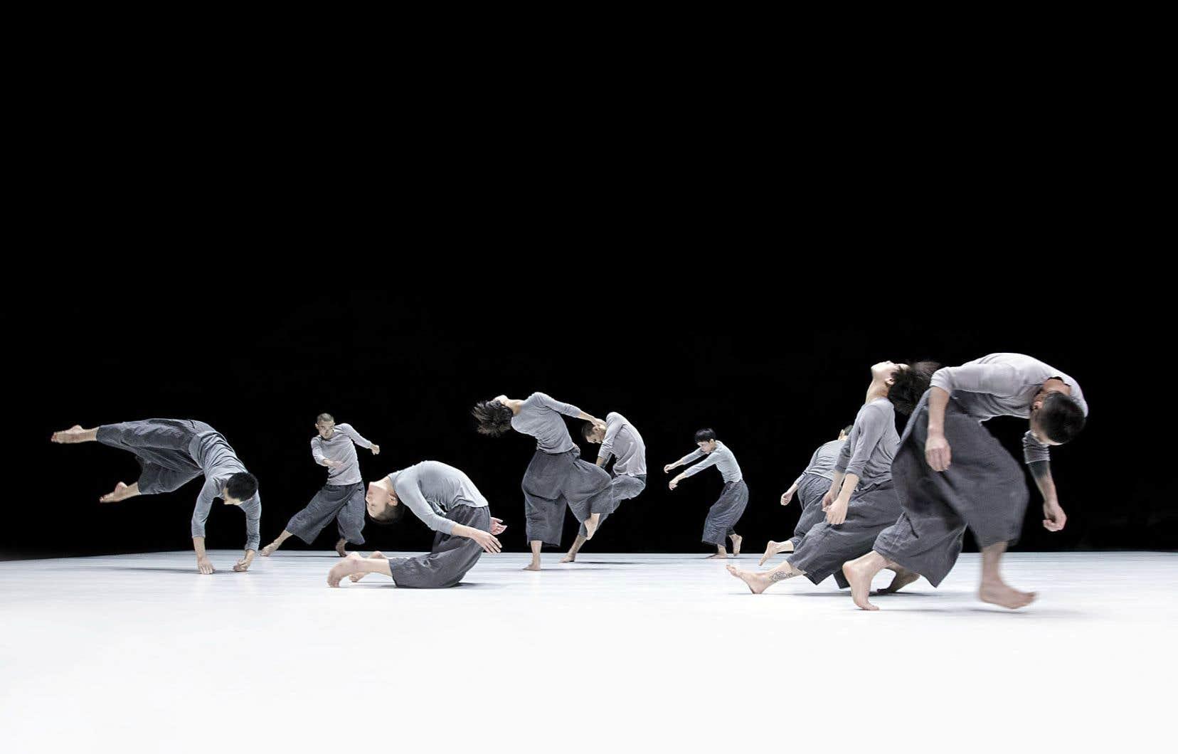 Les deux pièces sont reliées par deux extrêmes, explique Tao Ye. «6» est extrêmement minimaliste dans l'unisson et «9», plus complexe, présente une forme de chaos.