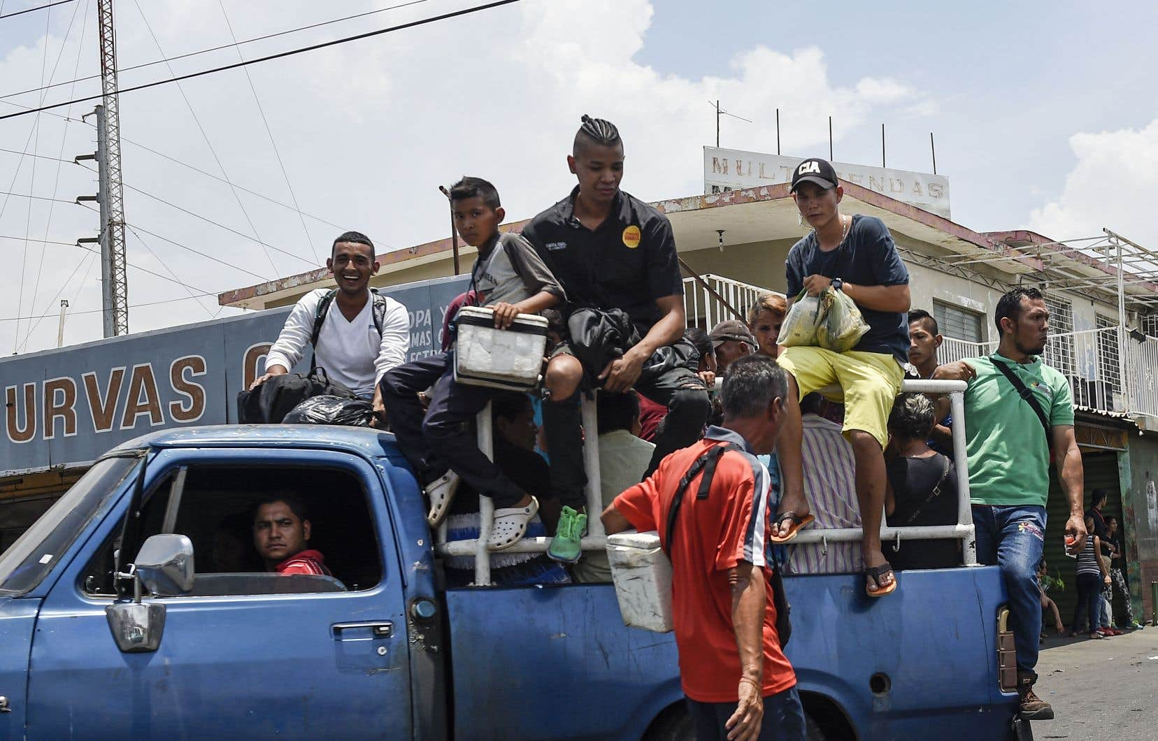 Un camion privé sert de transport public de fortune à Maracaibo. Problèmes de transport, coupures d'électricité, heures d'attente devant les supermarchés: les Vénézuéliens souffrent chaque jour des conséquences de l'interminable crise économique.