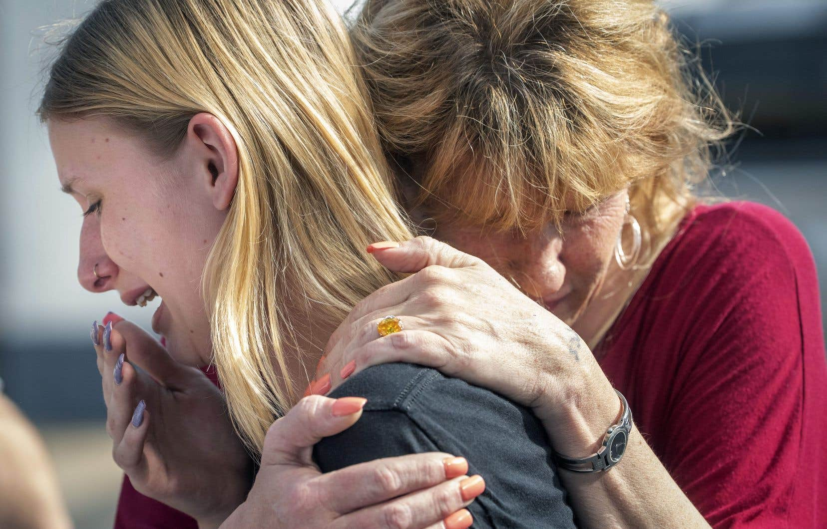 Une étudiante de l'école de Santa Fe, où a eu lieu la fusillade, est réconfortée par sa mère, qui s'était précipitée à l'école en apprenant ce qui s'y passait.