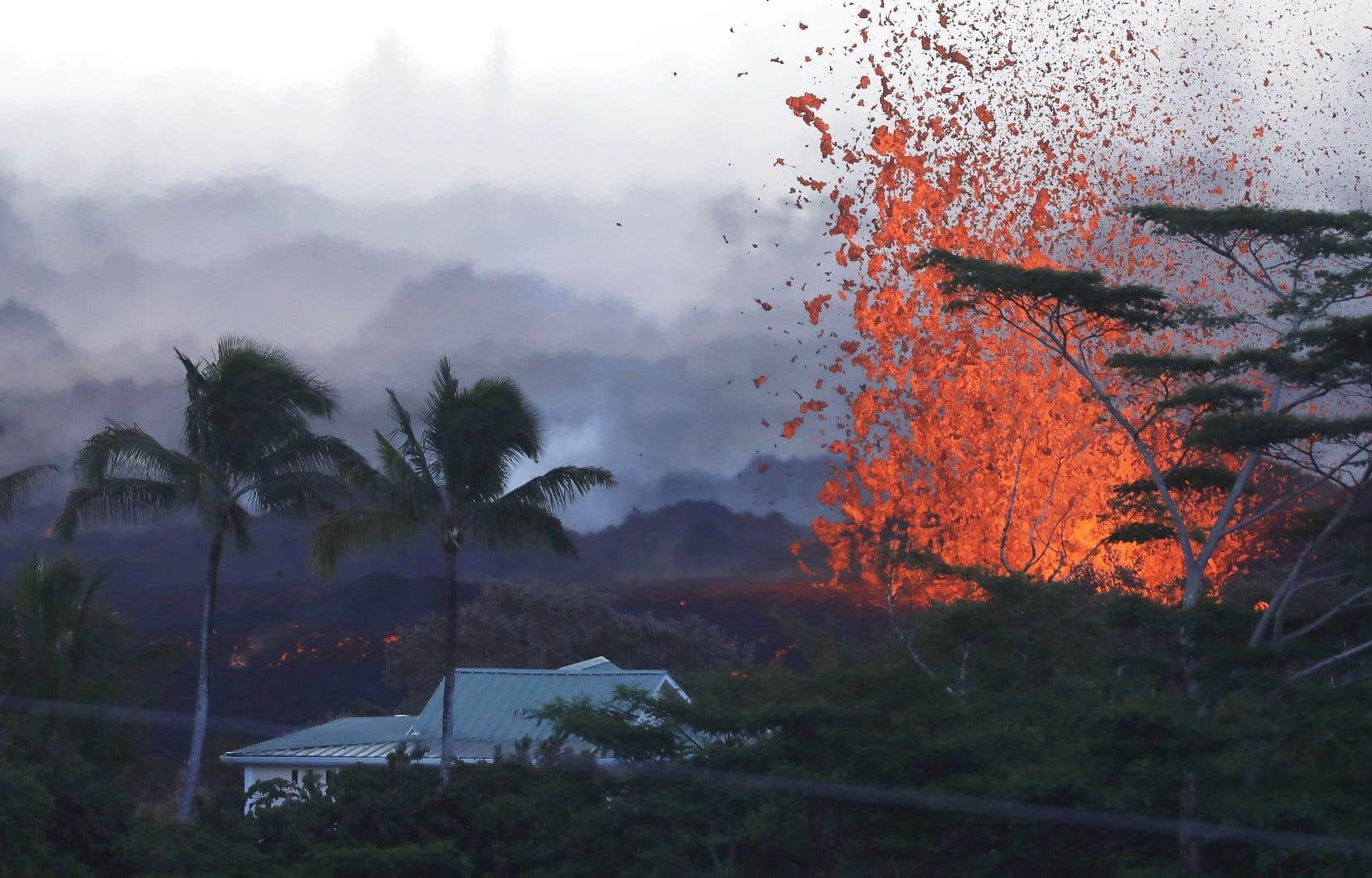 <p>L'éruption du volcan Kilauea, l'un des plus actifs au monde, a entraîné l'évacuation de 2 000 personnes jusqu'à présent.</p>